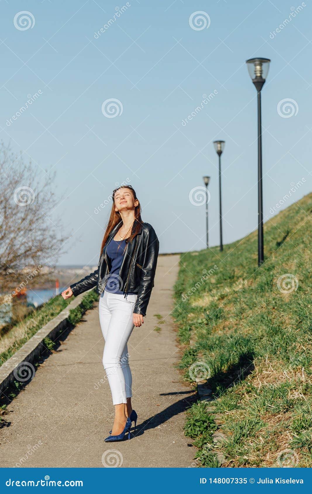 Mannequin dans les lunettes de soleil et la pose noire de veste en cuir ext?rieures