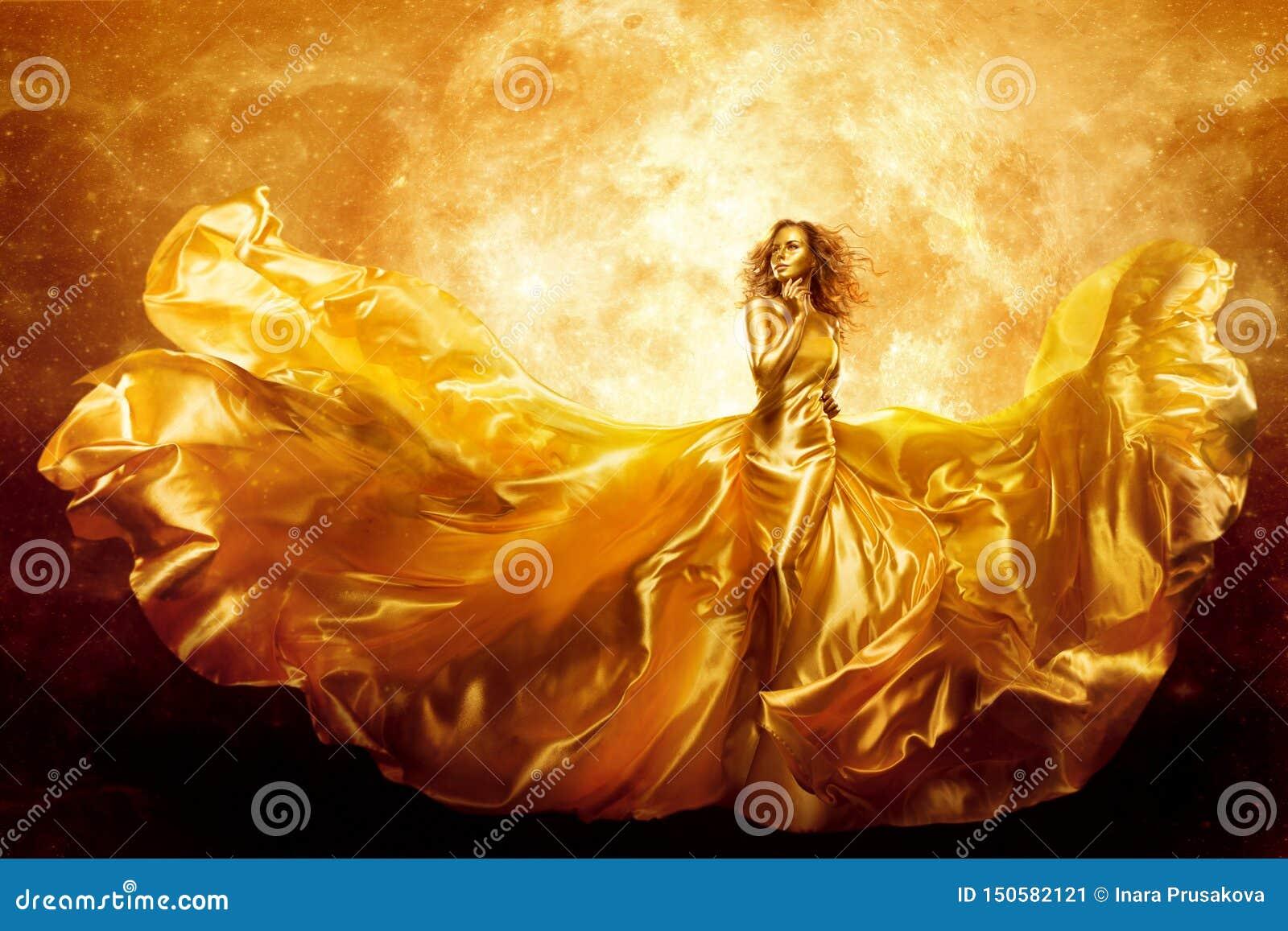 Mannequin Gold Color Skin, de Schoonheid van de Fantasievrouw in Artistieke Golvende Kleding, Vliegende Zijdetoga