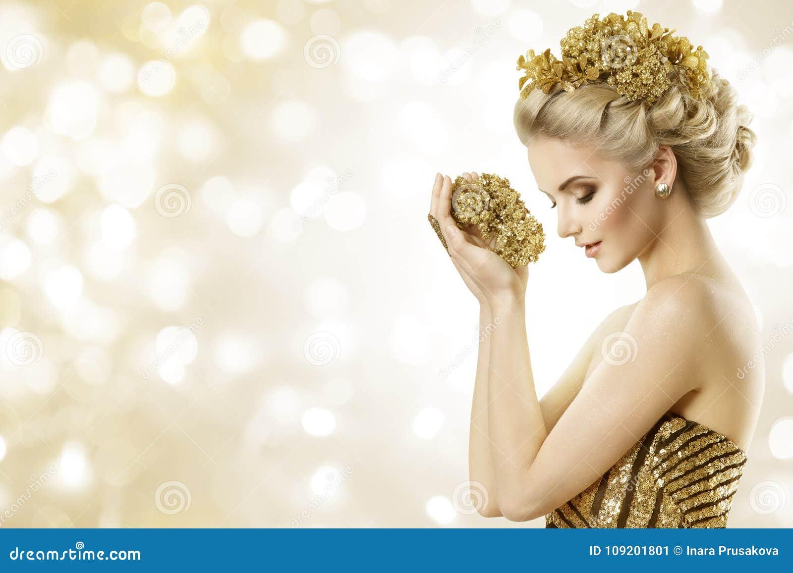 Mannequin Hold Gold Jewelry dans des mains, coiffure de beauté de femme