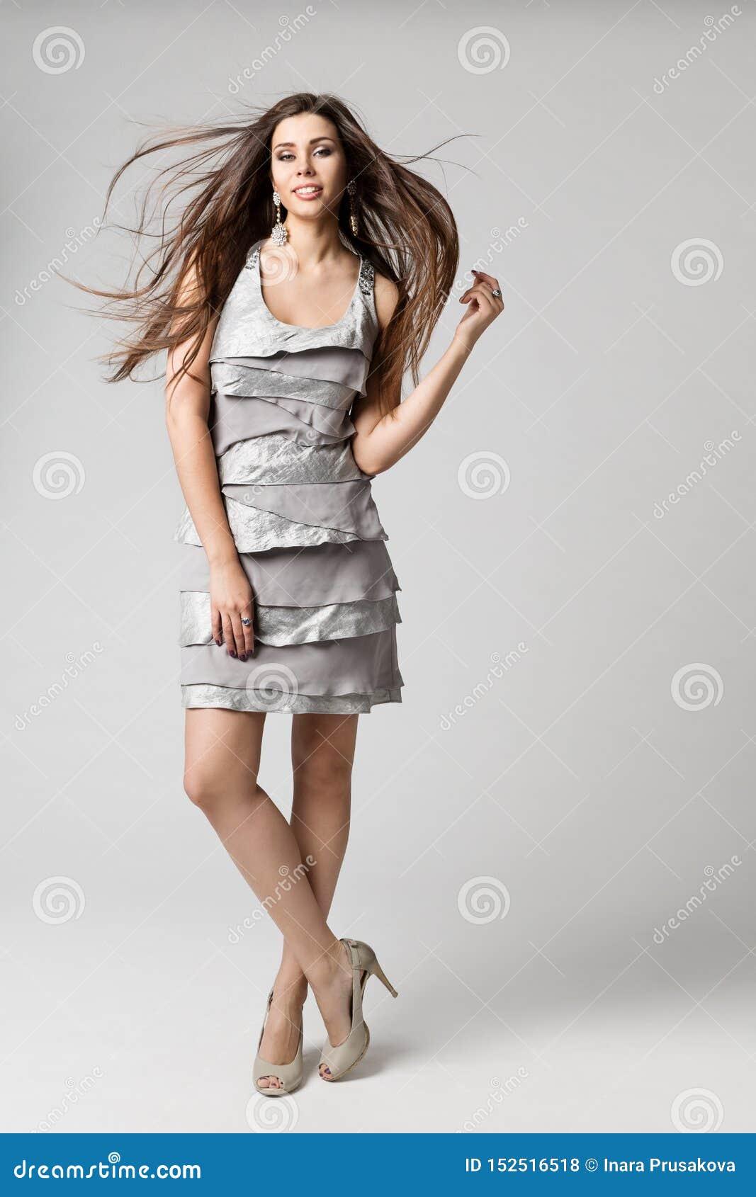 Mannequin Long Hair Fluttering op Wind, Zilveren Kleding, Portret van de de Studioschoonheid van de Vrouwen het Volledige Lengte