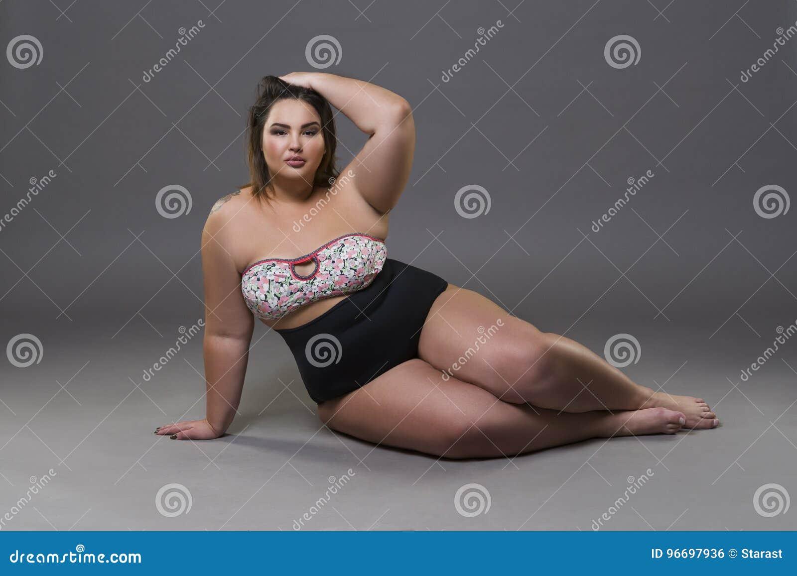 Grosse Femme Sexy Photo mannequin plus de taille dans le maillot de bain sexy, jeune grosse