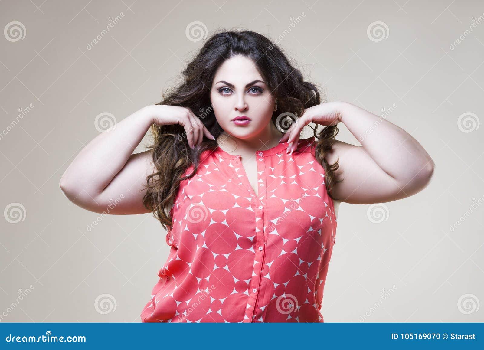 Grosse Femme Sexy Photo mannequin plus de taille, grosse femme sexy sur le fond beige photo