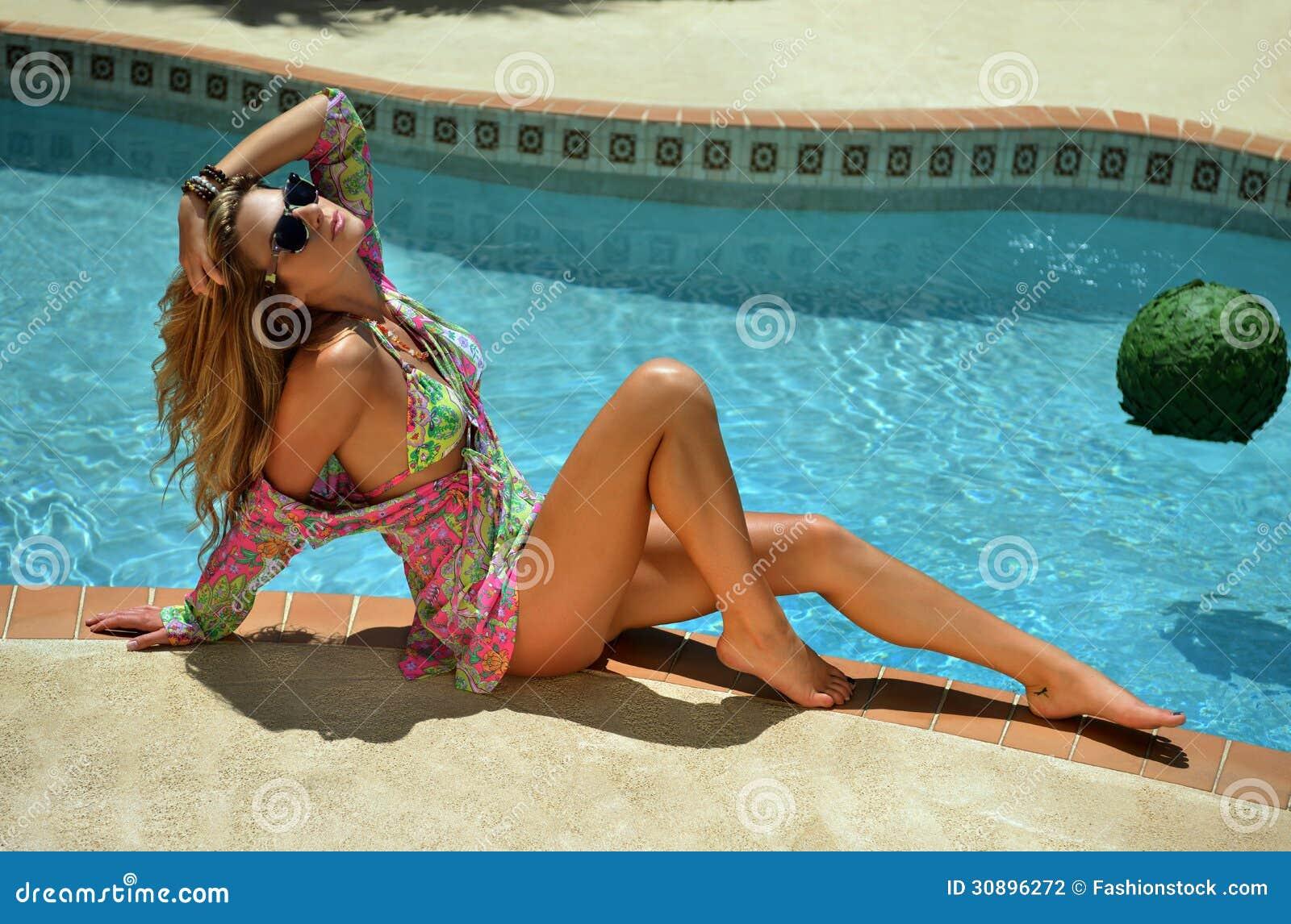 Mannequin posant assez par le bikini de port de for Mannequin piscine