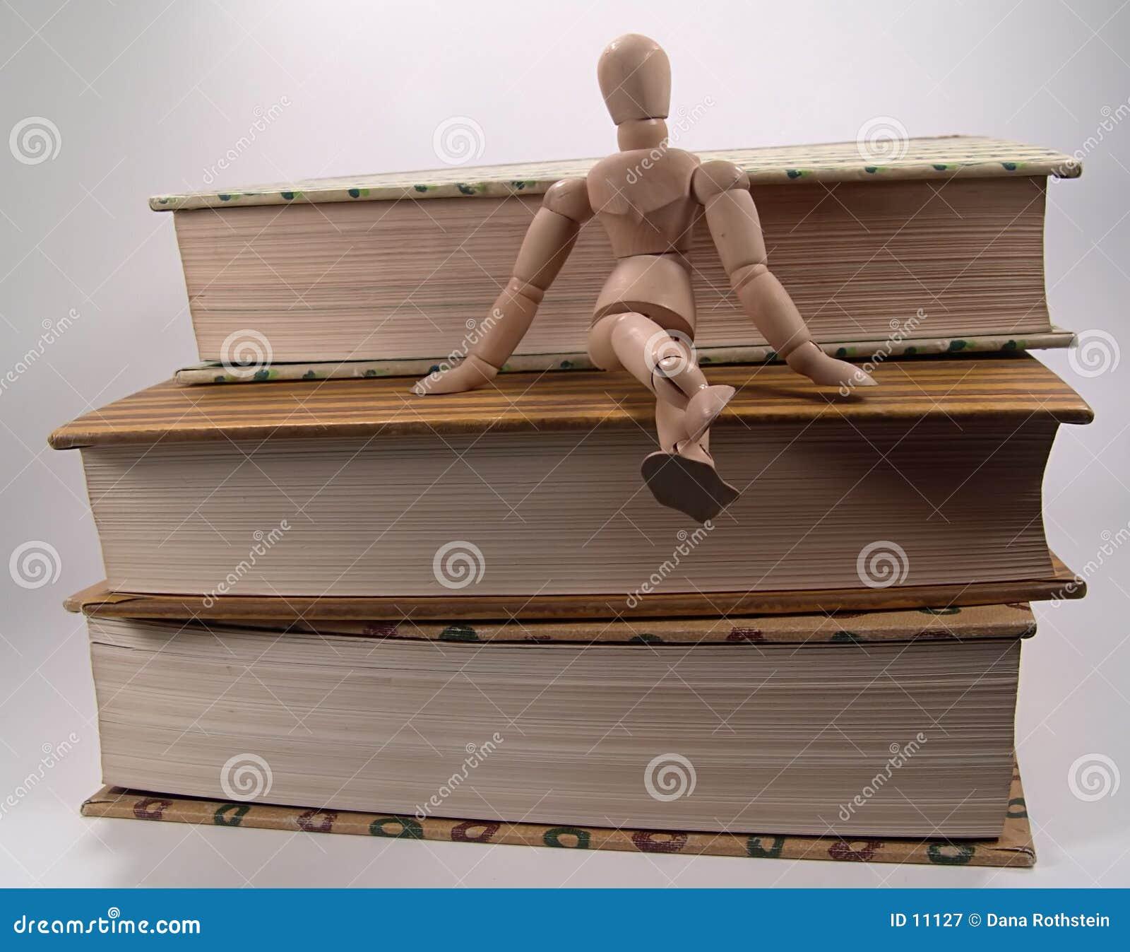 Mannequin que senta-se em livros