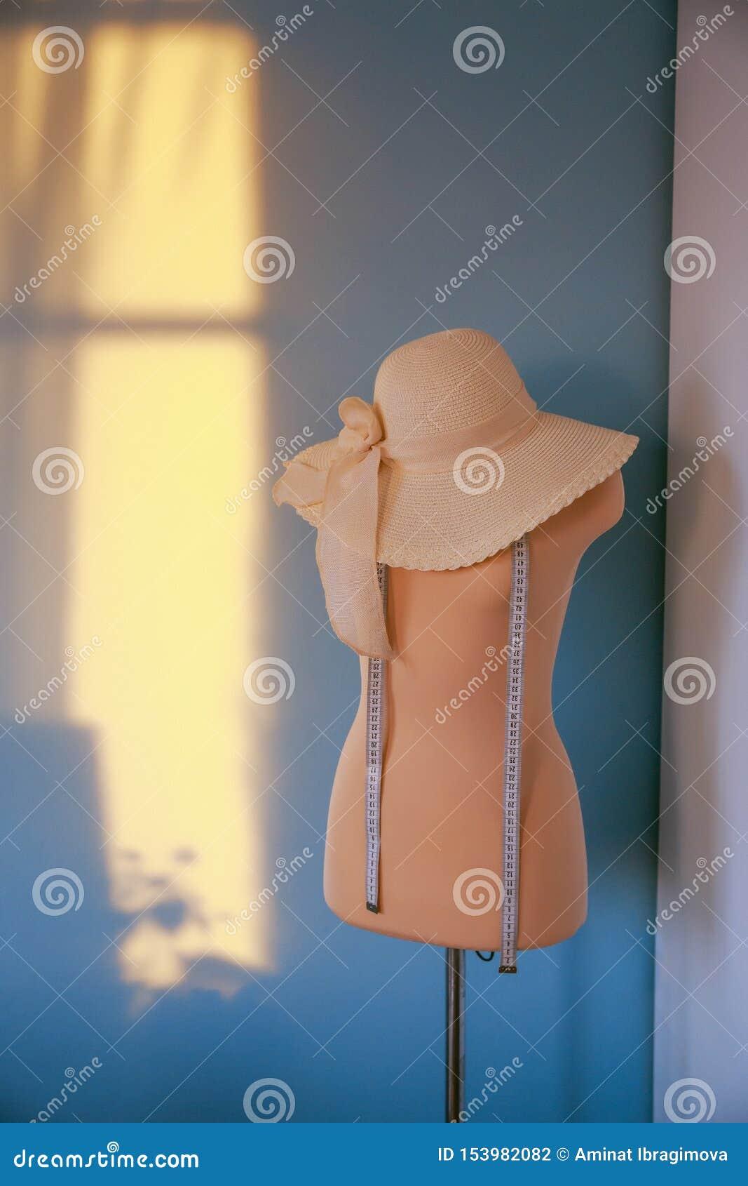 Mannequin rose de mesure avec la bande de participation d ouvrière couturière de chapeau fonctionnant avec le simulacre dans le s