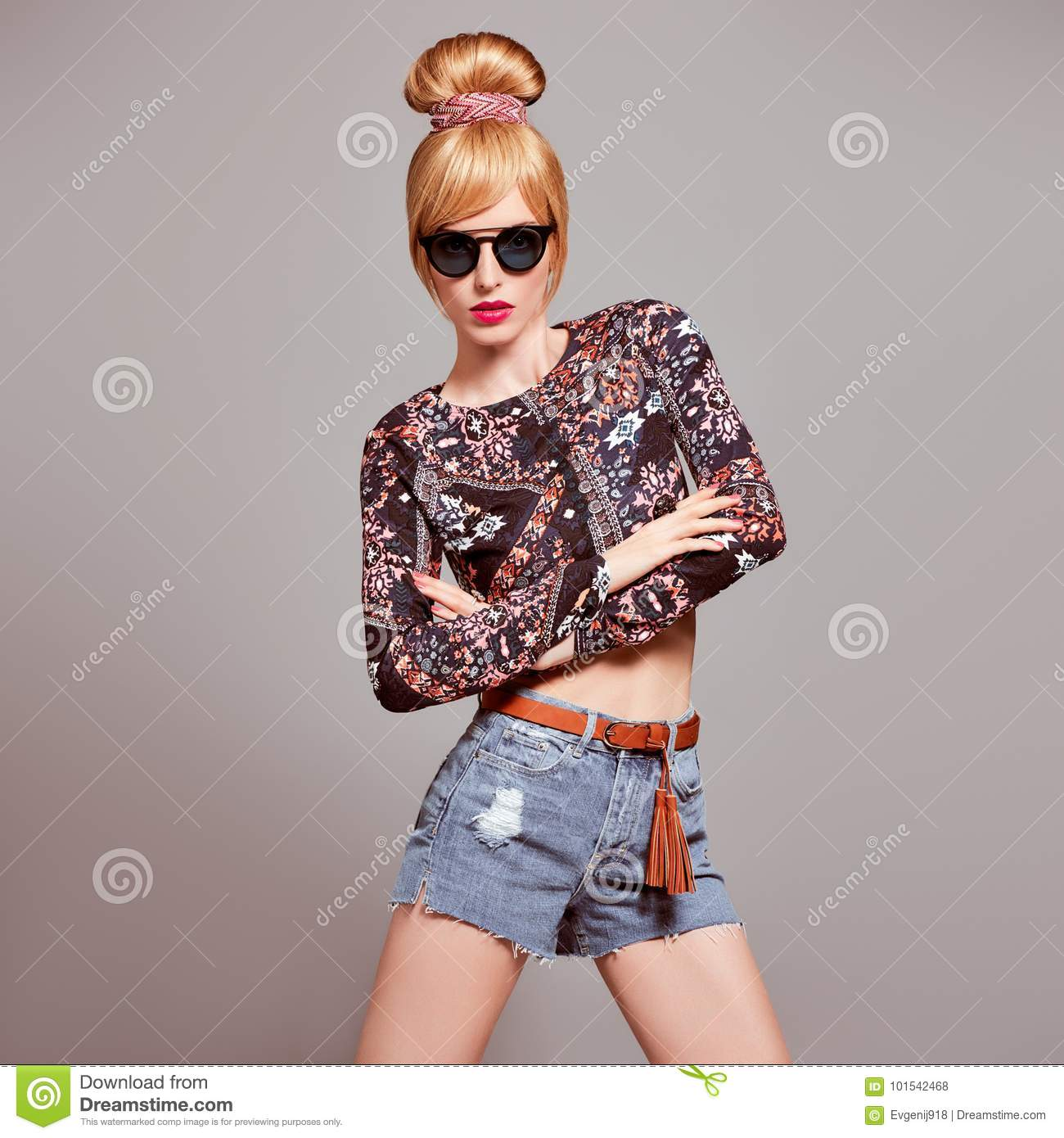 mannequin sexy blond girl lunettes de soleil de charme photo stock image du beaut hippie. Black Bedroom Furniture Sets. Home Design Ideas