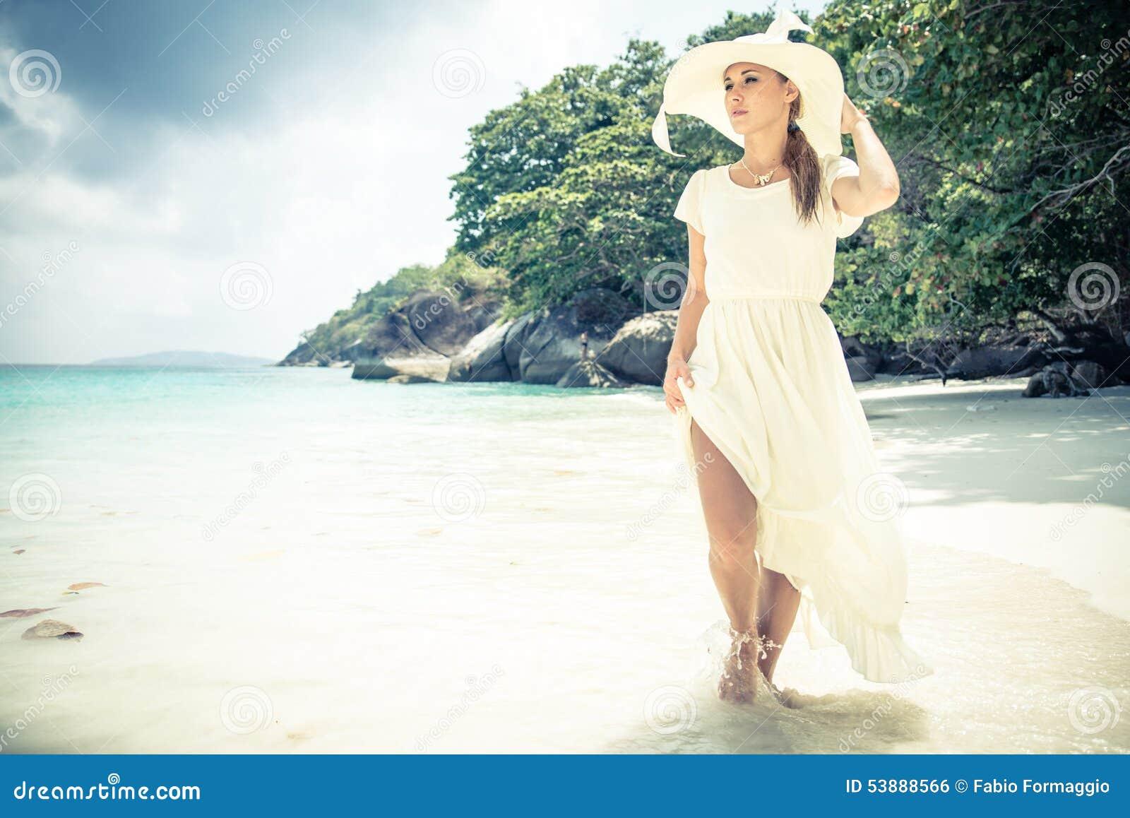 Mannequin sur la plage tropicale