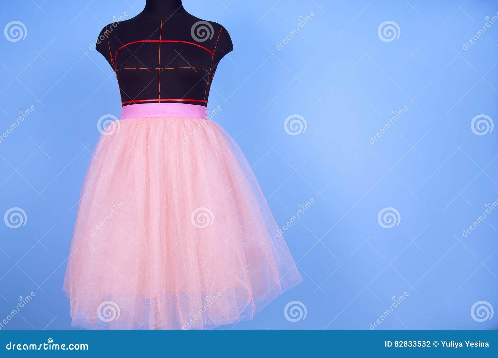 Mannequin w różowej princess spódnicie na błękitnym tle