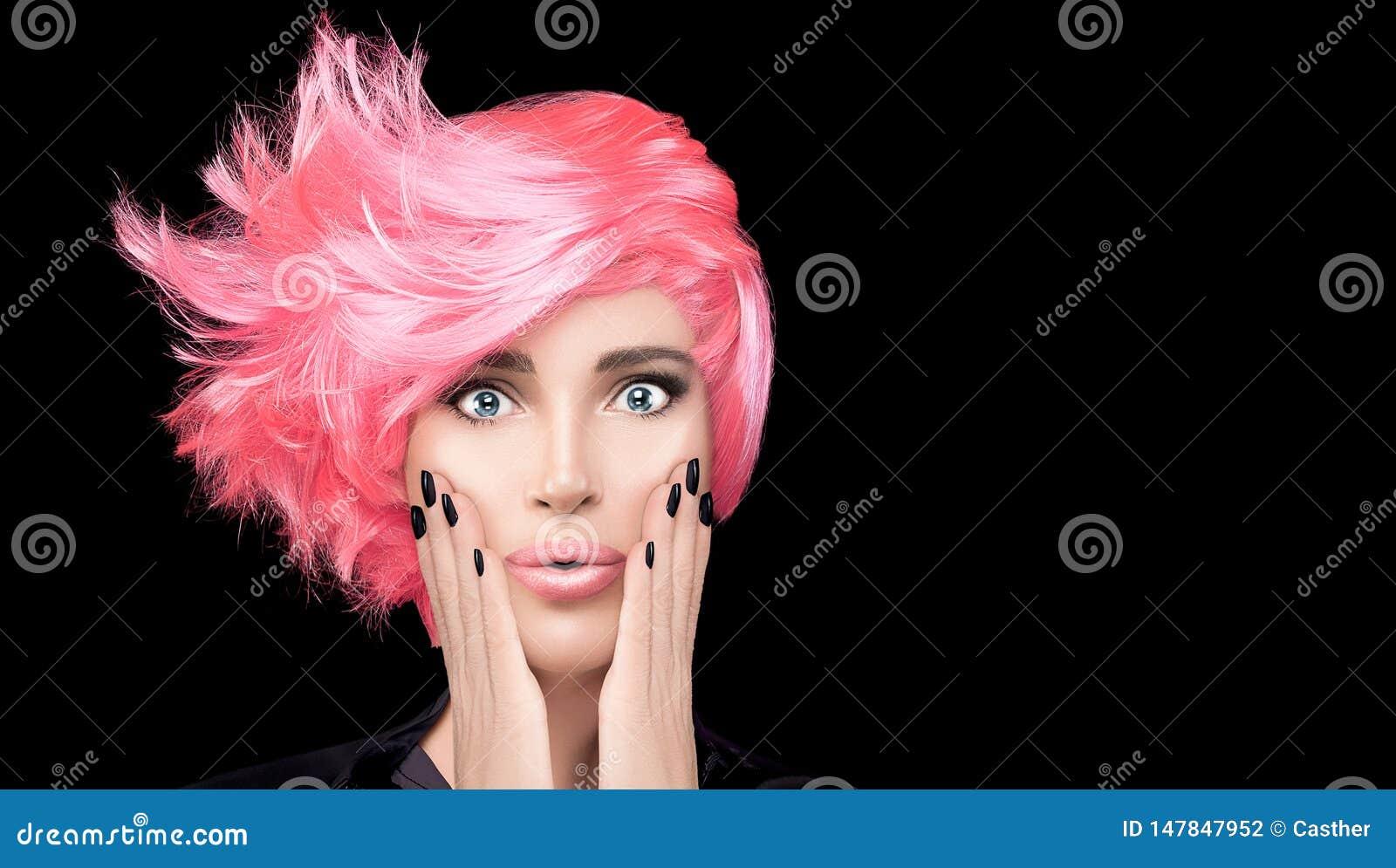 Mannequinmeisje met modieus roze haar Het haar van de schoonheidssalon het kleuren concept Kort Kapsel