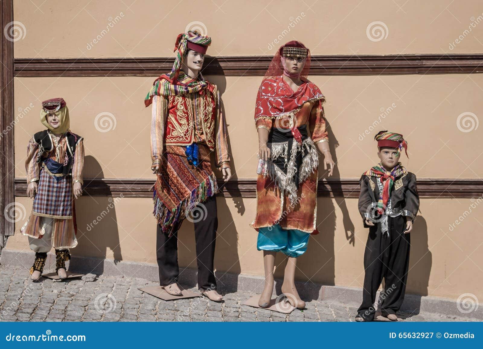 Mannequins habillés dans le caillot turc traditionnel oriental coloré