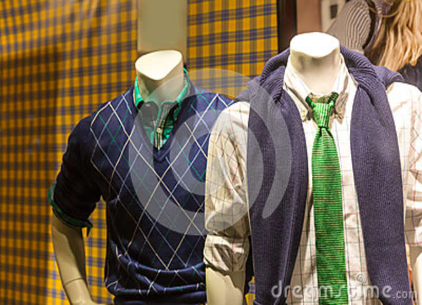 Mannequins masculins dans des vêtements modernes de la jeunesse
