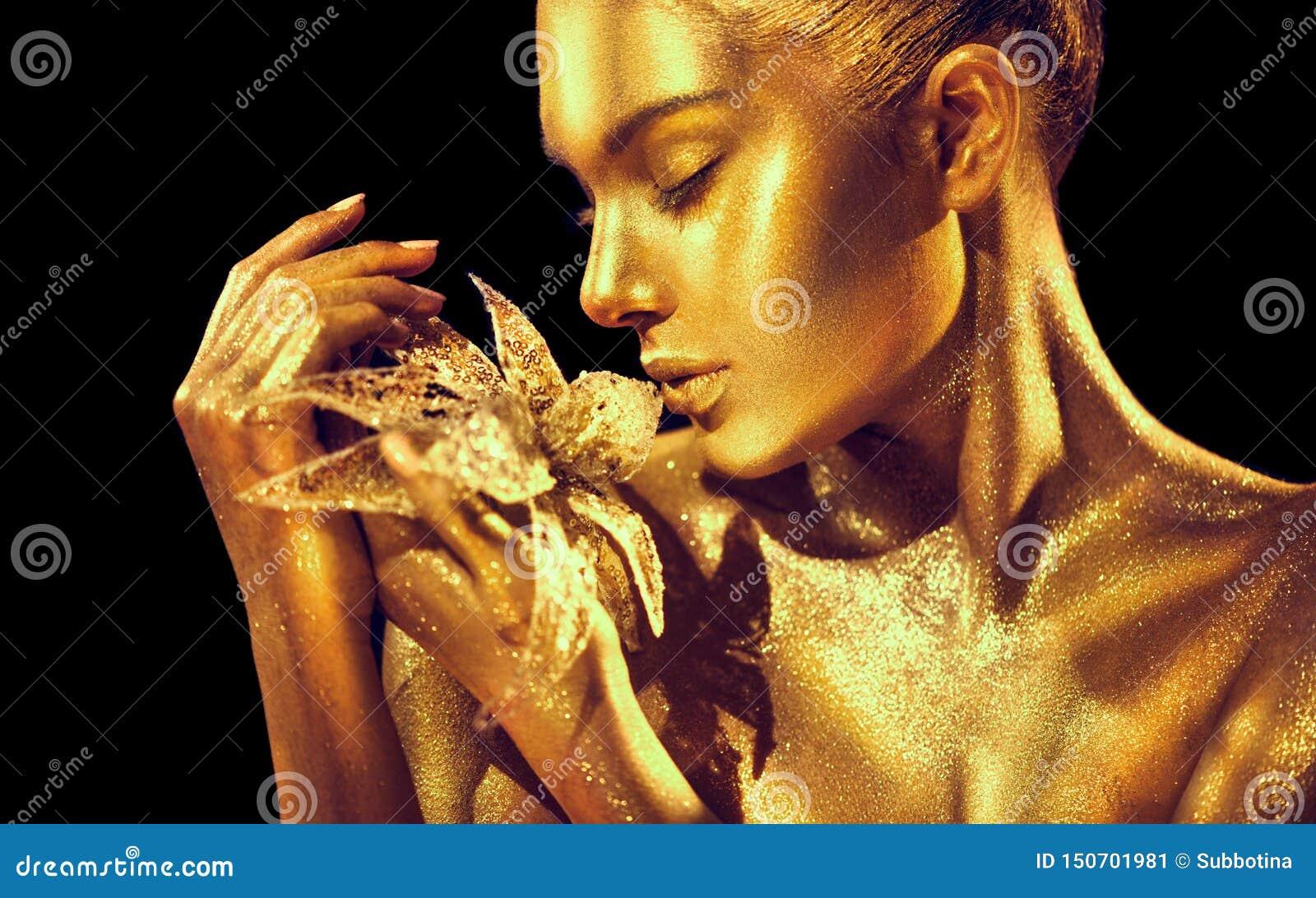 Mannequinvrouw met heldere gouden fonkelingen bij huid het stellen, fantasiebloem Portret van mooi meisje met het gloeien make-up
