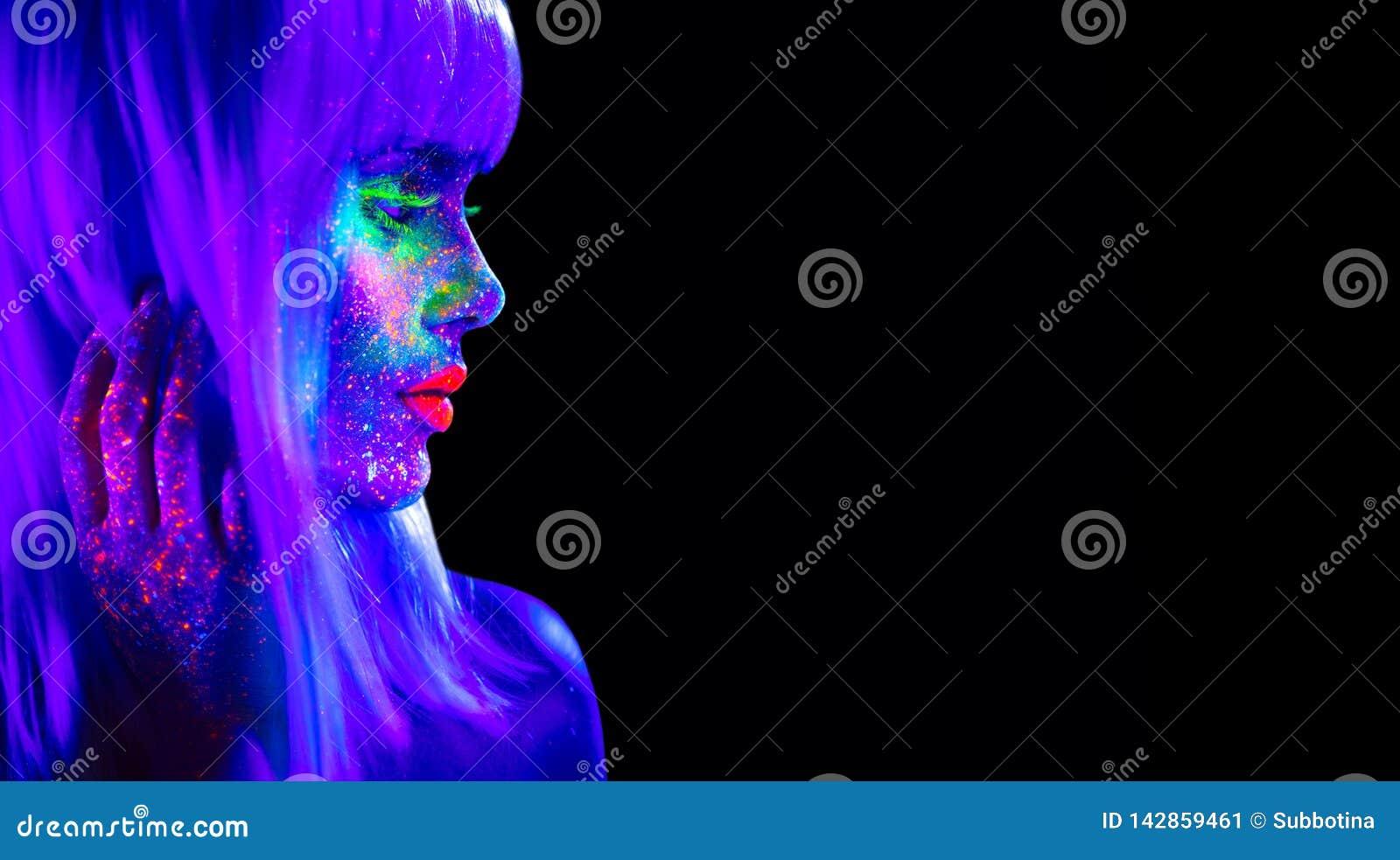 Mannequinvrouw in neonlicht Mooi modelmeisje met kleurrijke heldere fluorescente die make-up op zwarte wordt geïsoleerd
