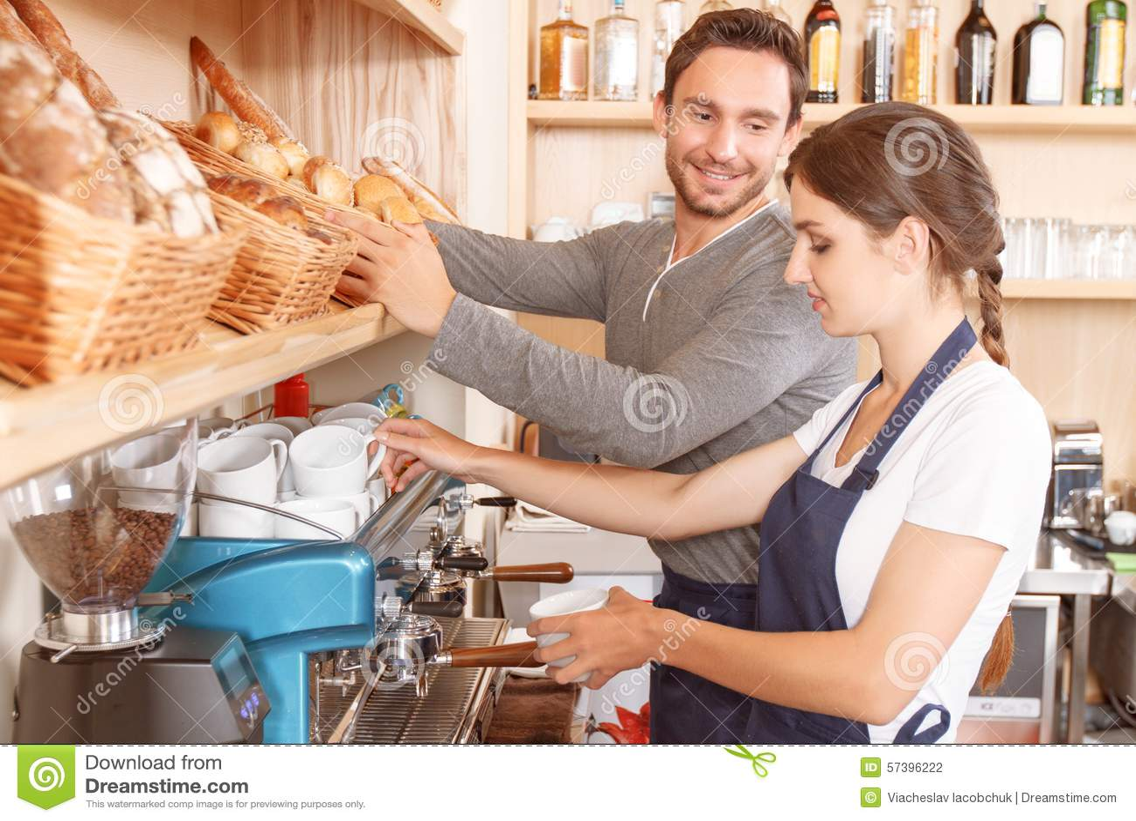Mannetje en vrouwelijke werknemers in koffie