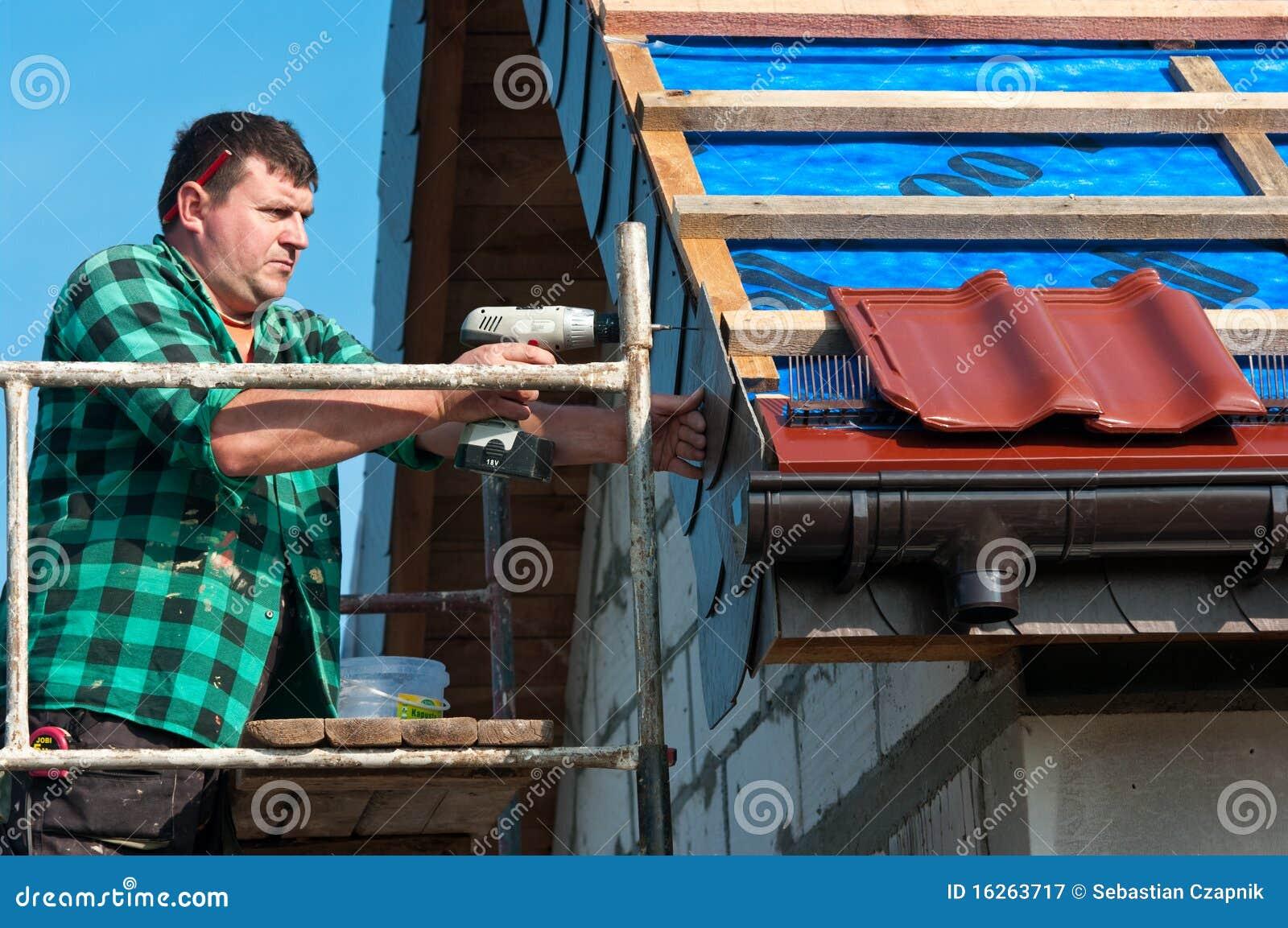 Mannetje roofer op het werk
