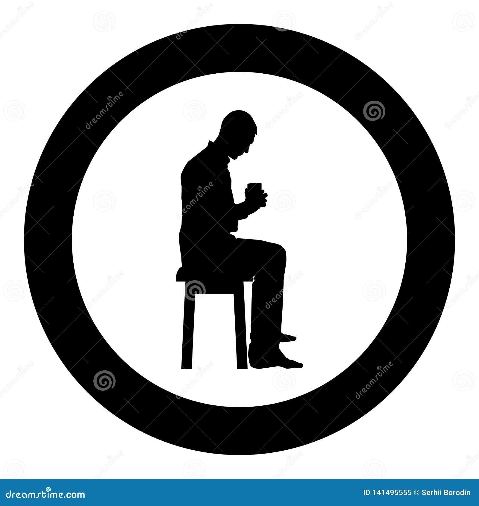 Mannholdingbecher und den Inhalt nach innen betrachten beim Sitzen auf Schemel Konzept der Ruhe- und Ikonenschwarzfarbe des häusl