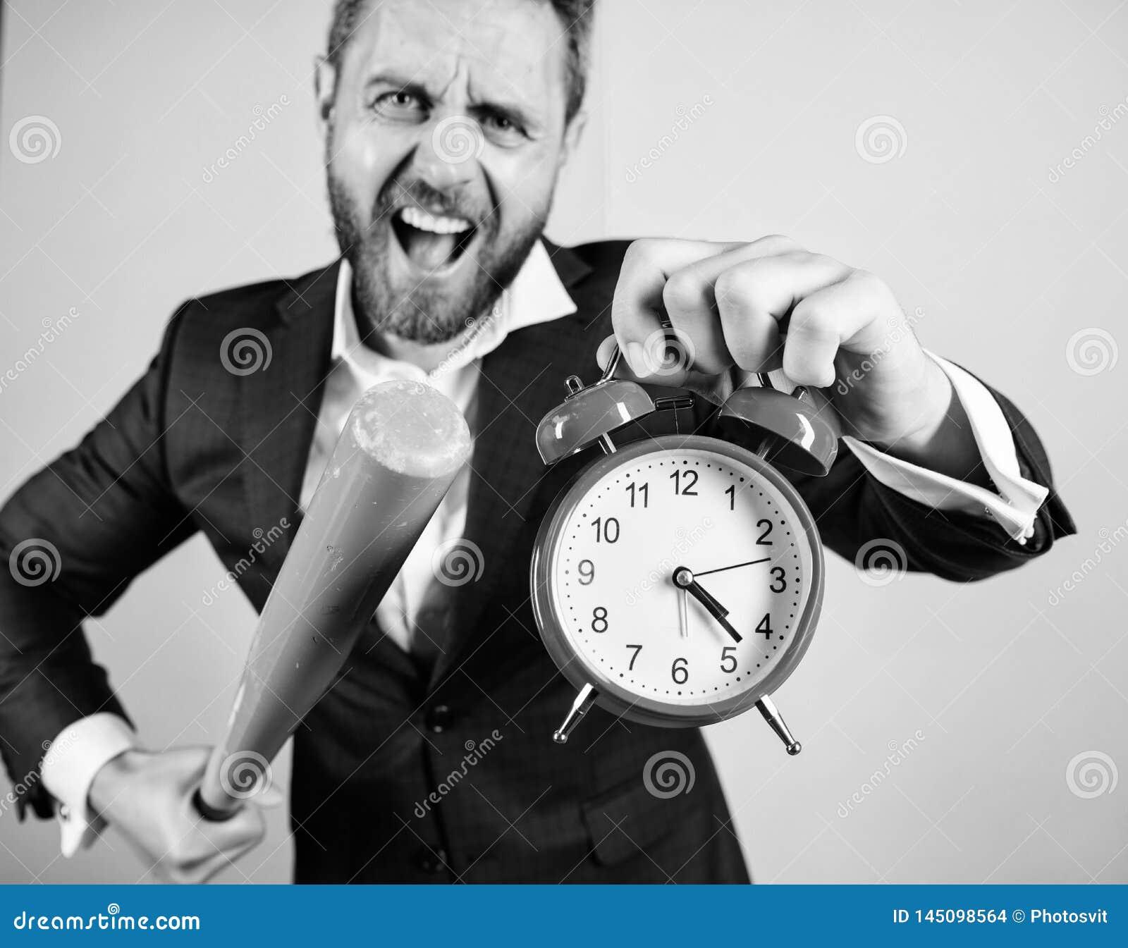Mannklagen-Griffuhr in der Hand und argumentierend f?r Sein sp?t Gesch?ftsdisziplinkonzept Zeitmanagement und -disziplin
