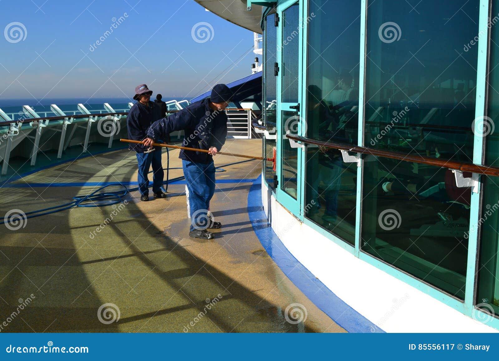 Mannschaftsmitglieder, die Fenster säubern