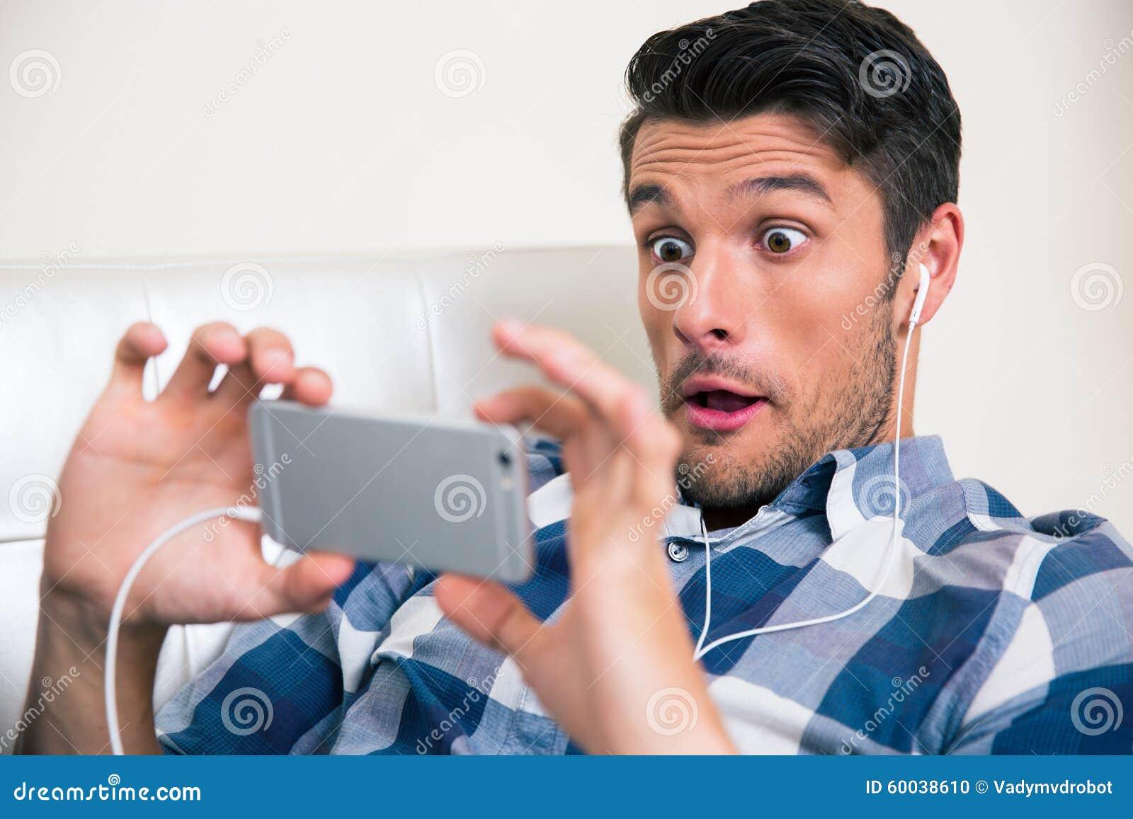 Mannspiel auf Smartphone