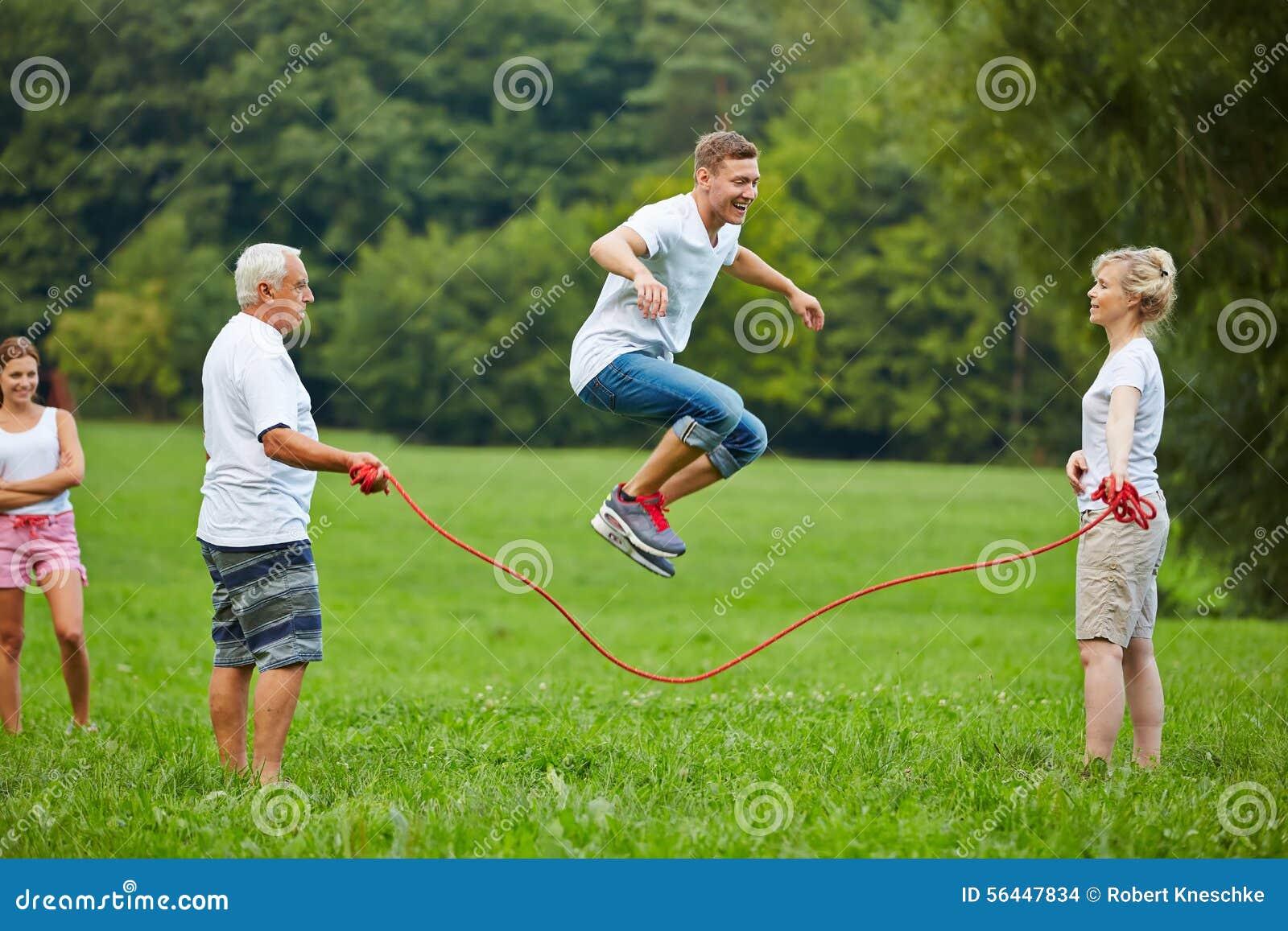 Manntau, der mit springendem Seil überspringt