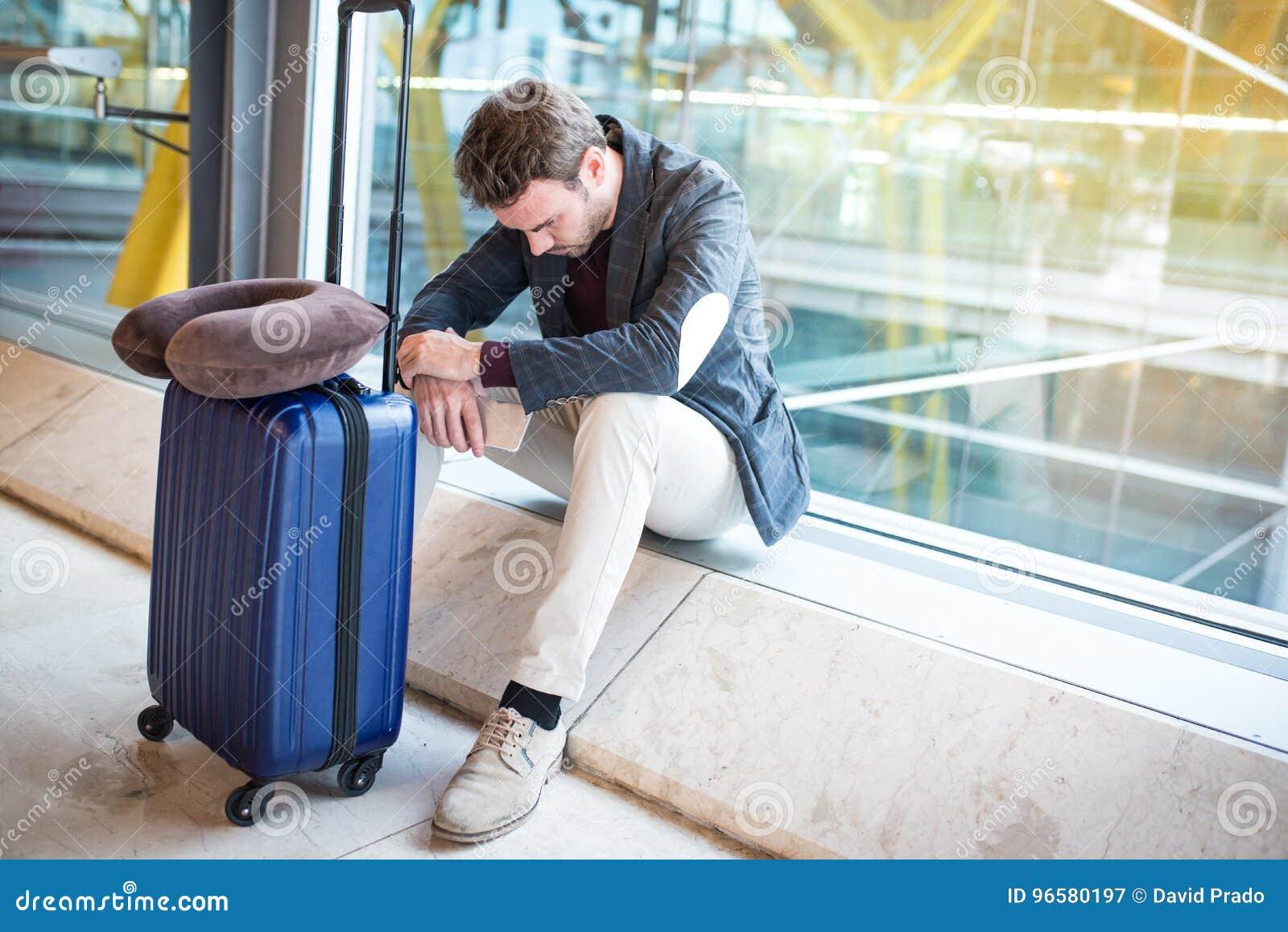 Mannumkippen, traurig und verärgert am Flughafen sein Flug wird verzögert