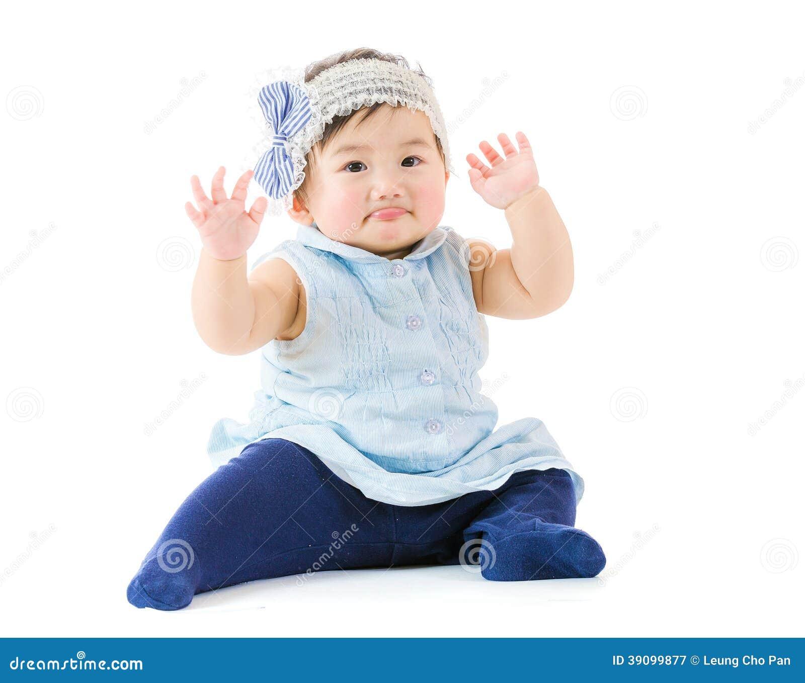 Mano asiatica della neonata su