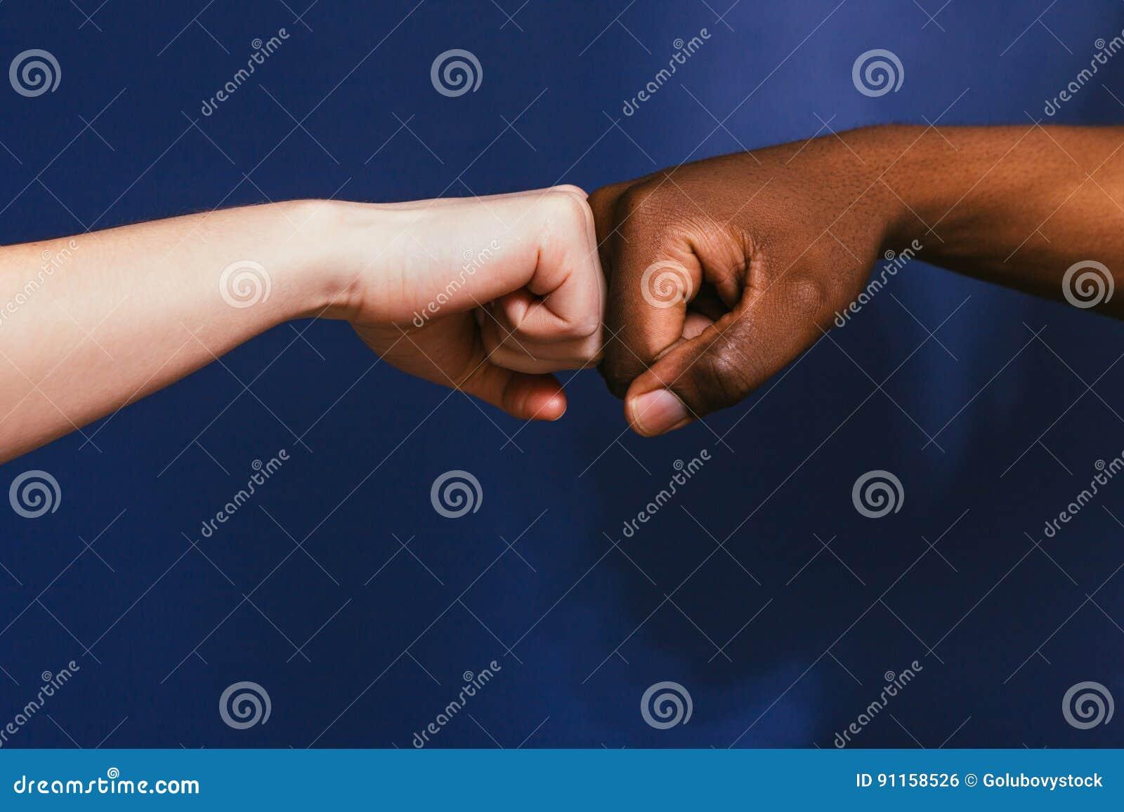 Mano blanco y negro, gesto del topetón del puño, contraste