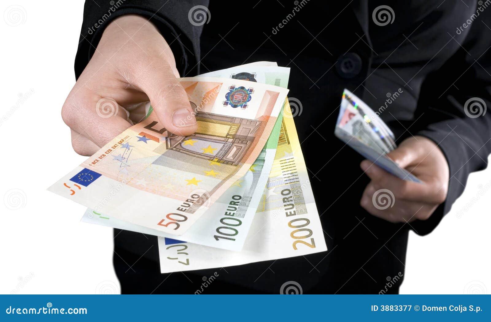 Mano che dà gli euro soldi delle banconote