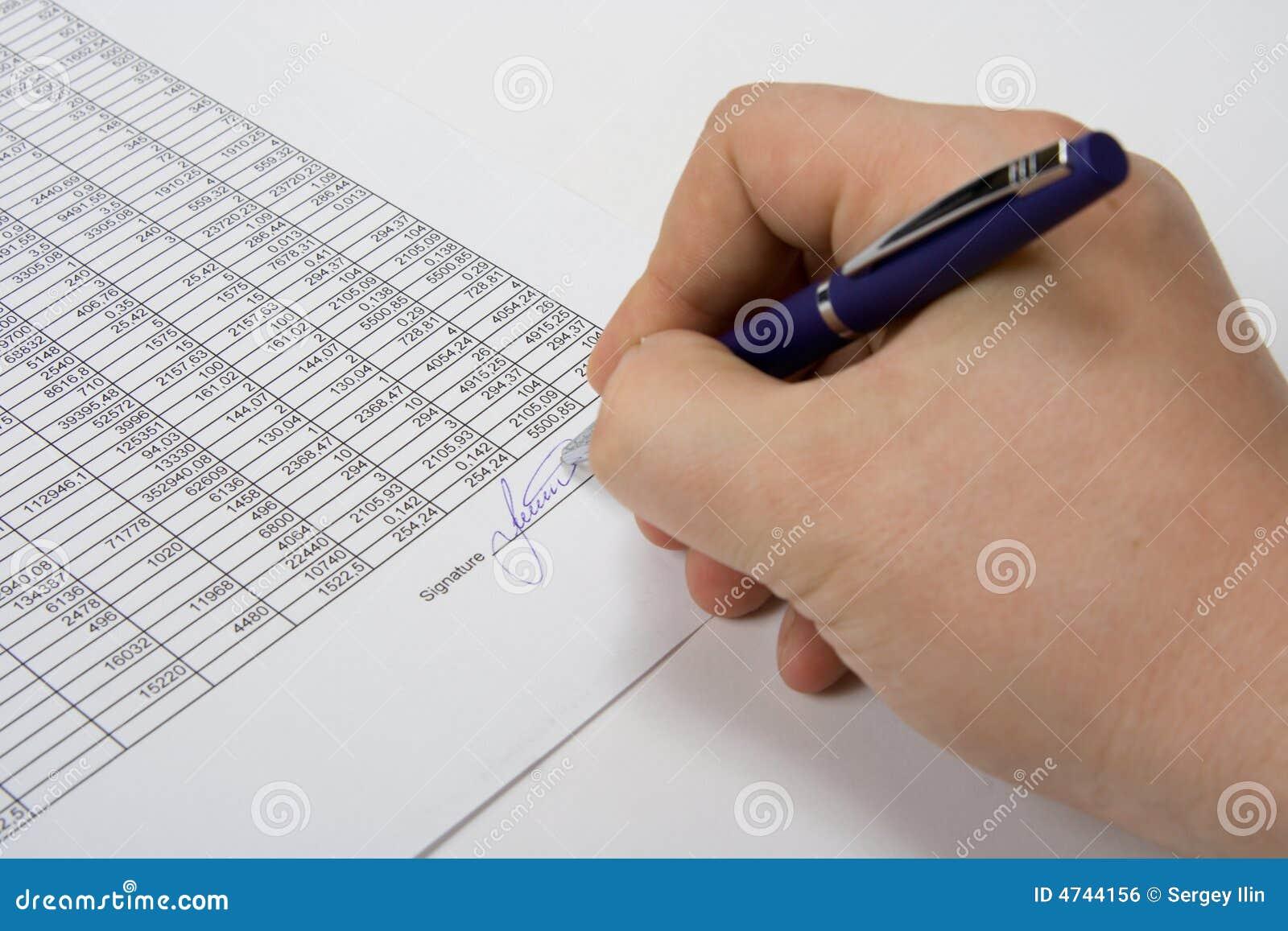 Mano che firma il documento.