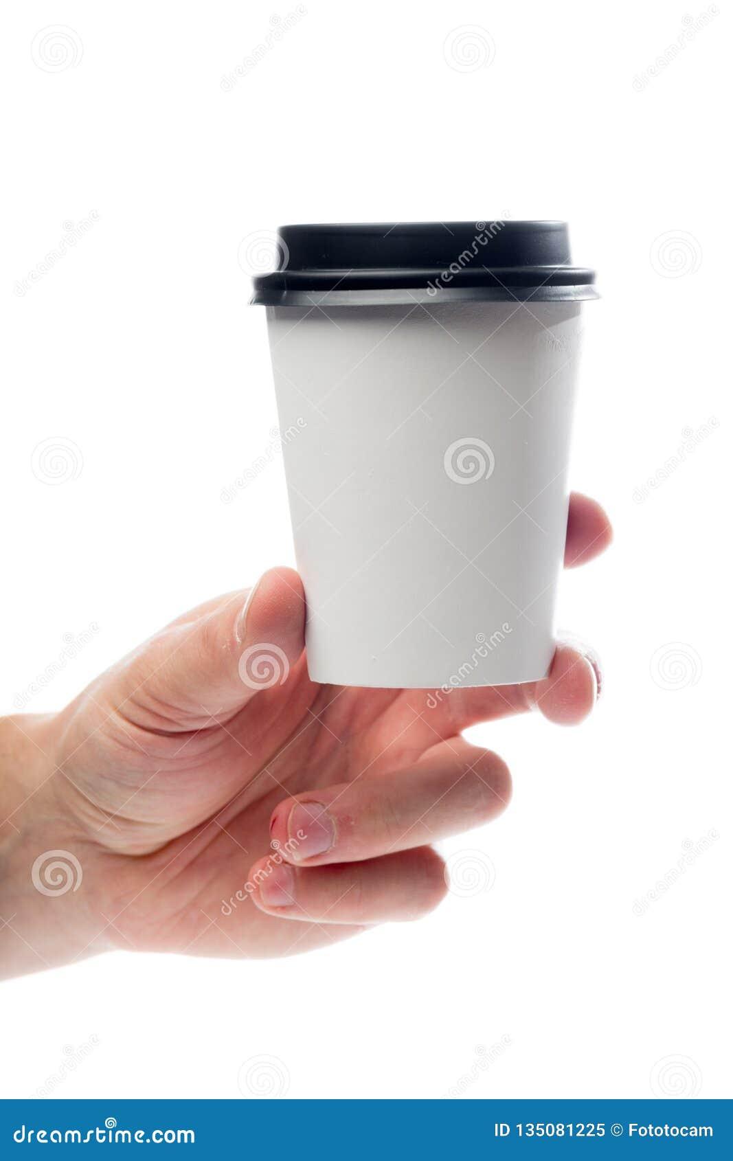 Mano che giudica tazza di carta isolata su bianco