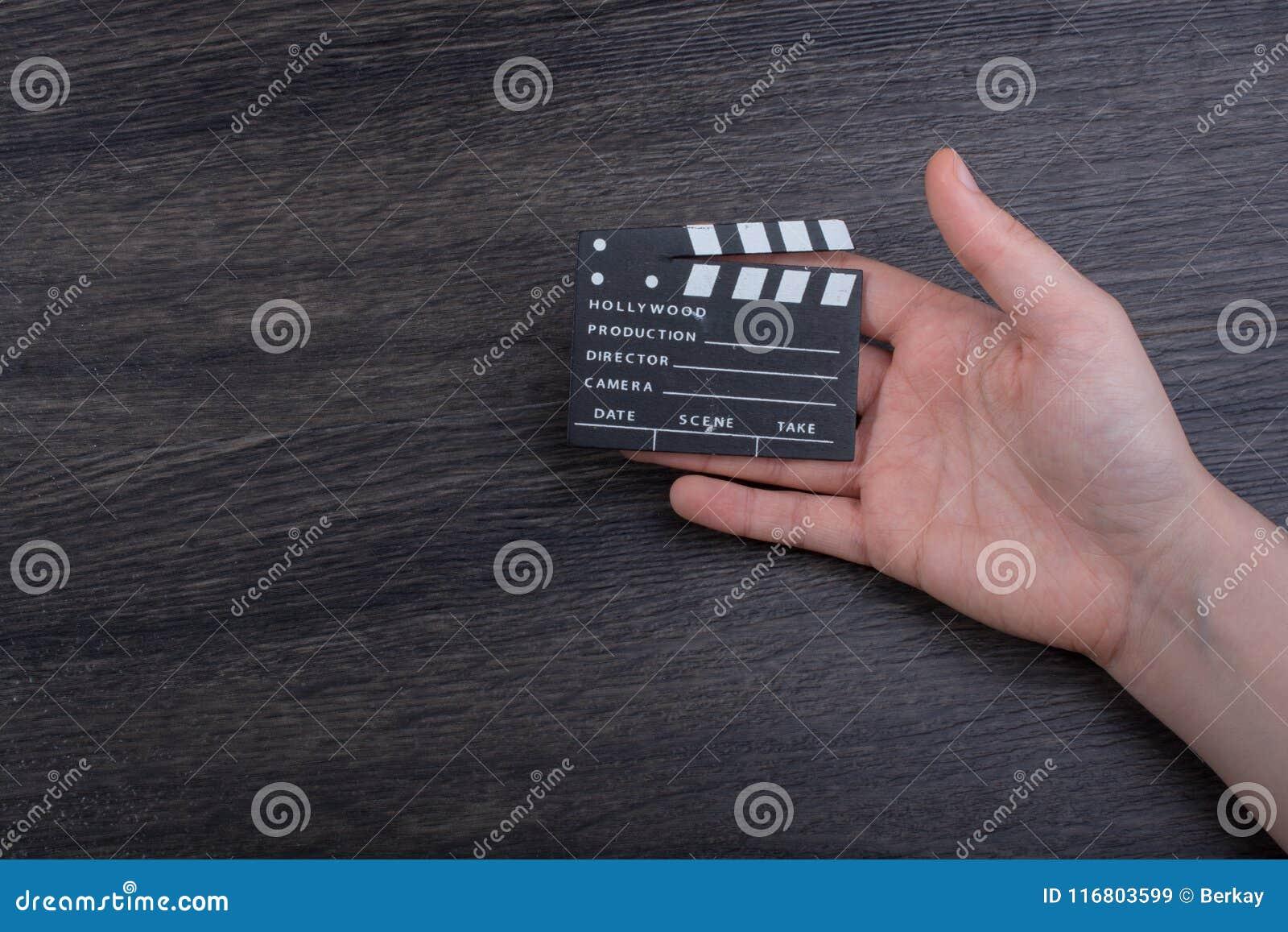 Mano che giudica una piccola valvola di film disponibila