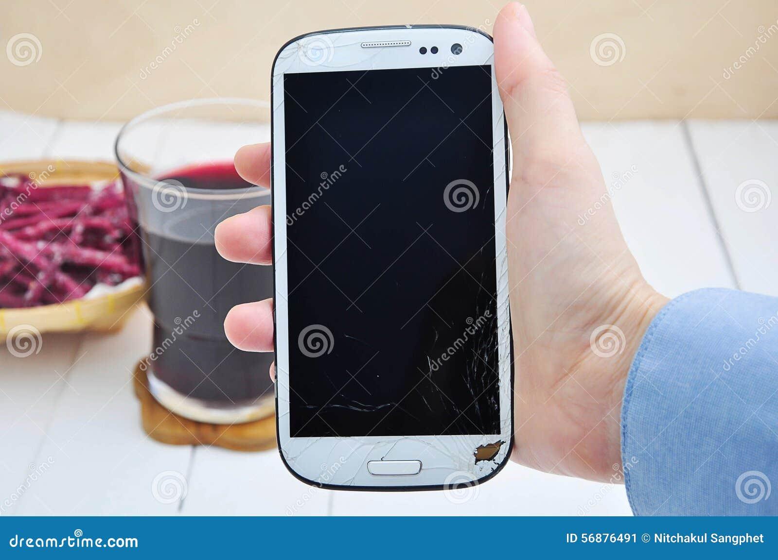 Mano che mostra telefono cellulare