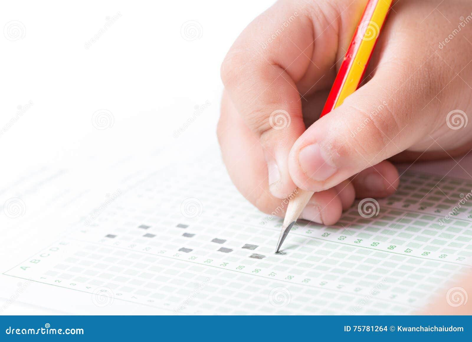 Mano che sceglie l elenco di test sull esame