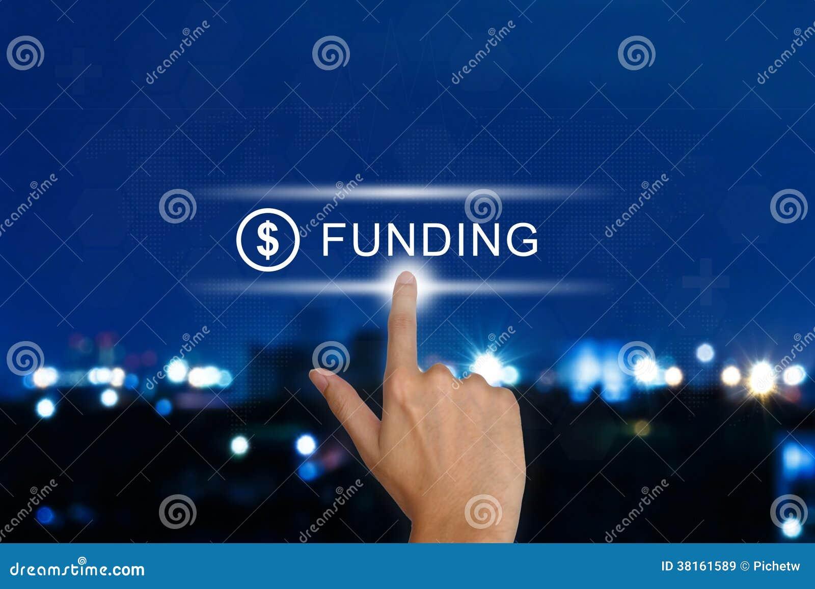 Mano che spinge il bottone di finanziamento sul touch screen