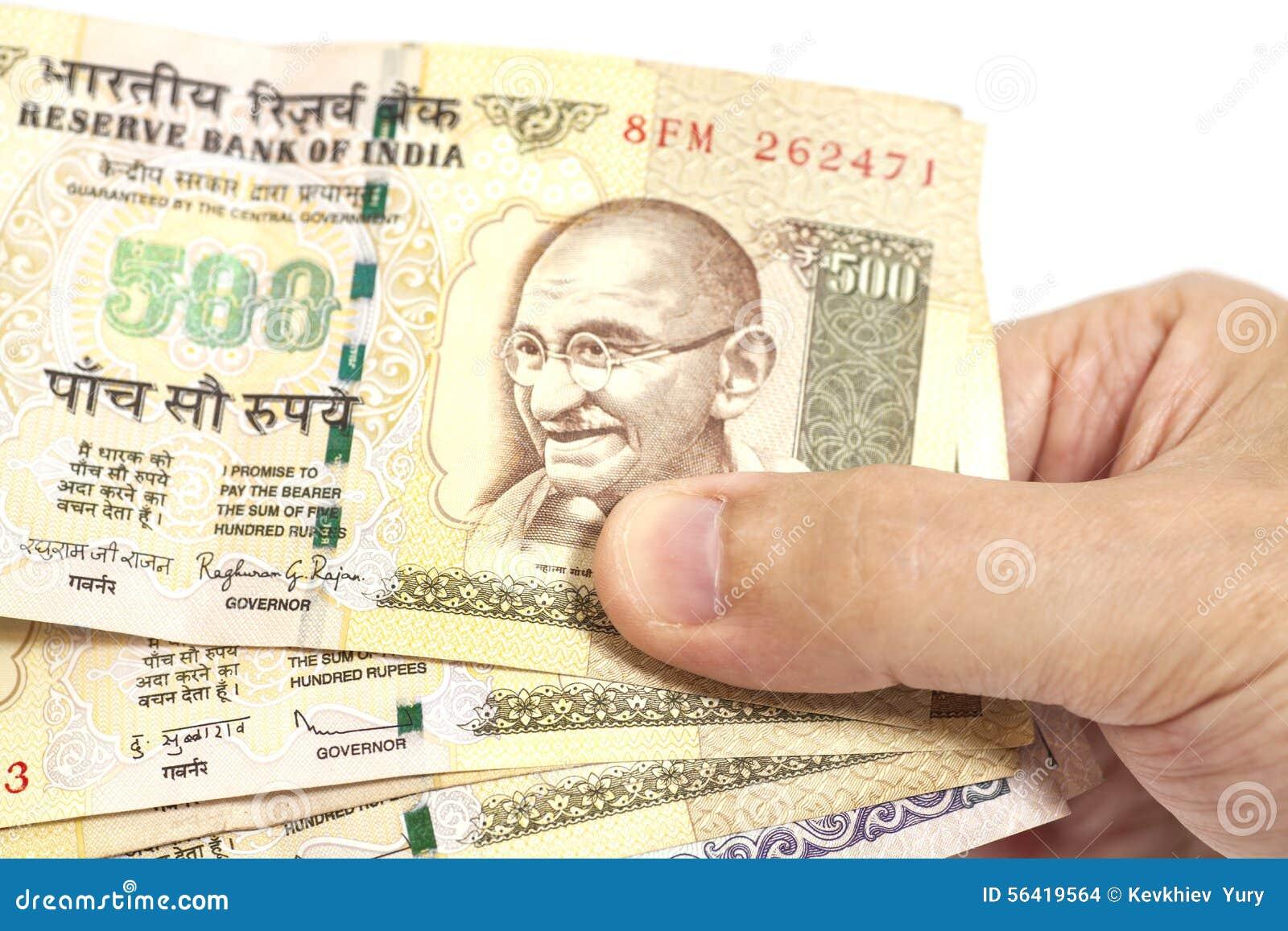 Mano che tiene indiano cinquecento note della rupia