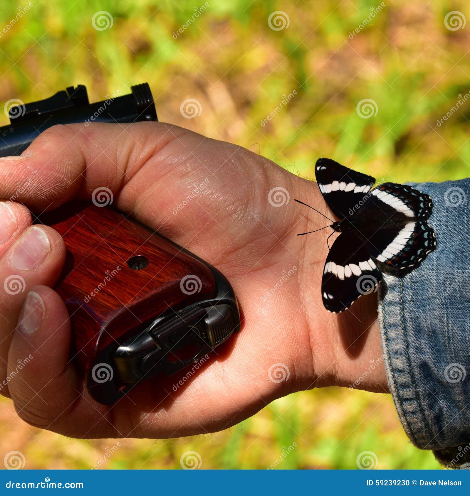 Download Mano Con El Arma Y La Mariposa Foto de archivo - Imagen de pistola, conflicto: 59239230