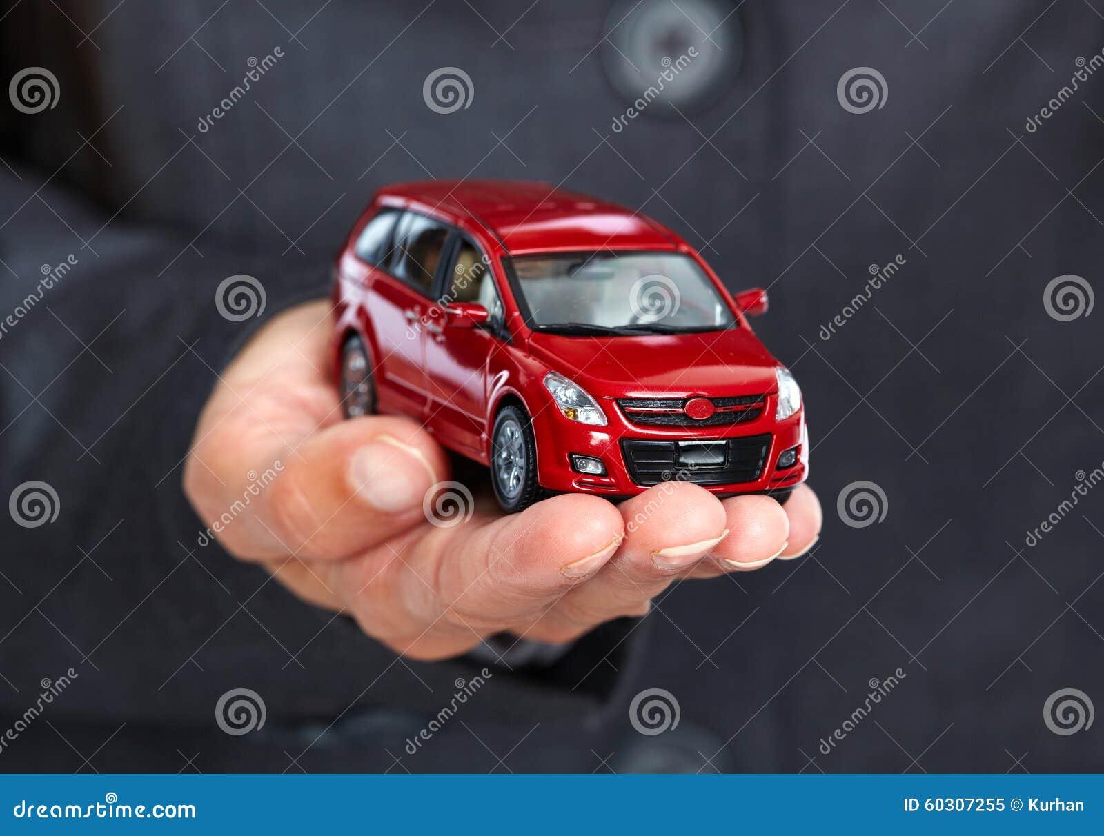 Mano con el coche rojo
