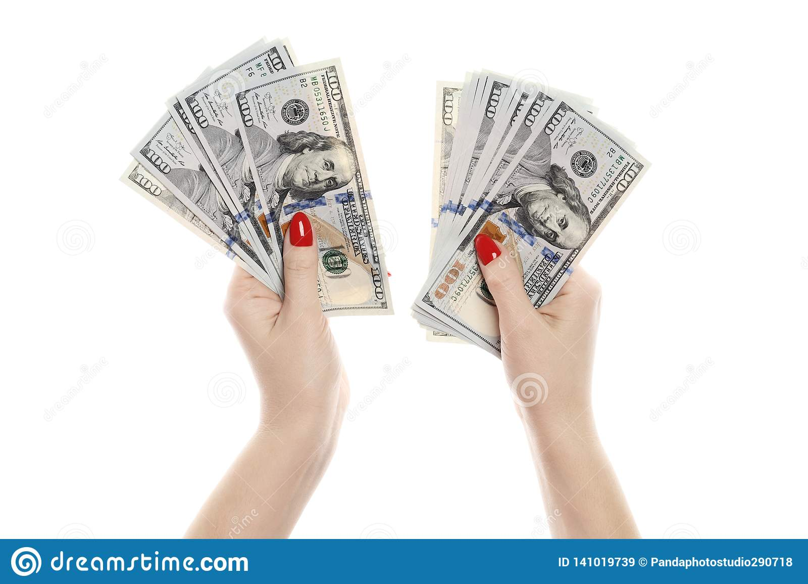 Mano con el dinero aislado en un fondo blanco