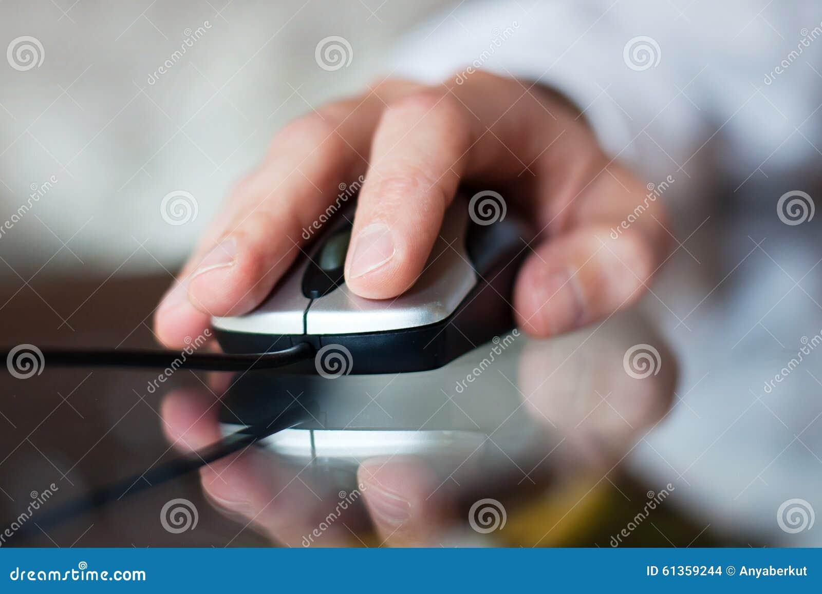 Mano con el ratón del ordenador