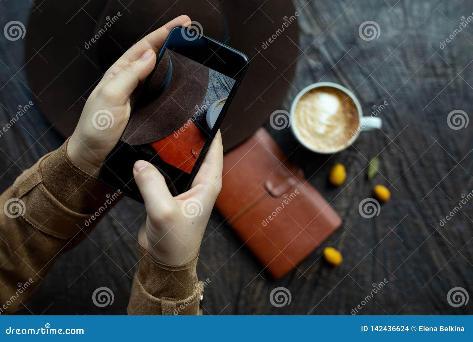 Mano con il telefono nel telaio