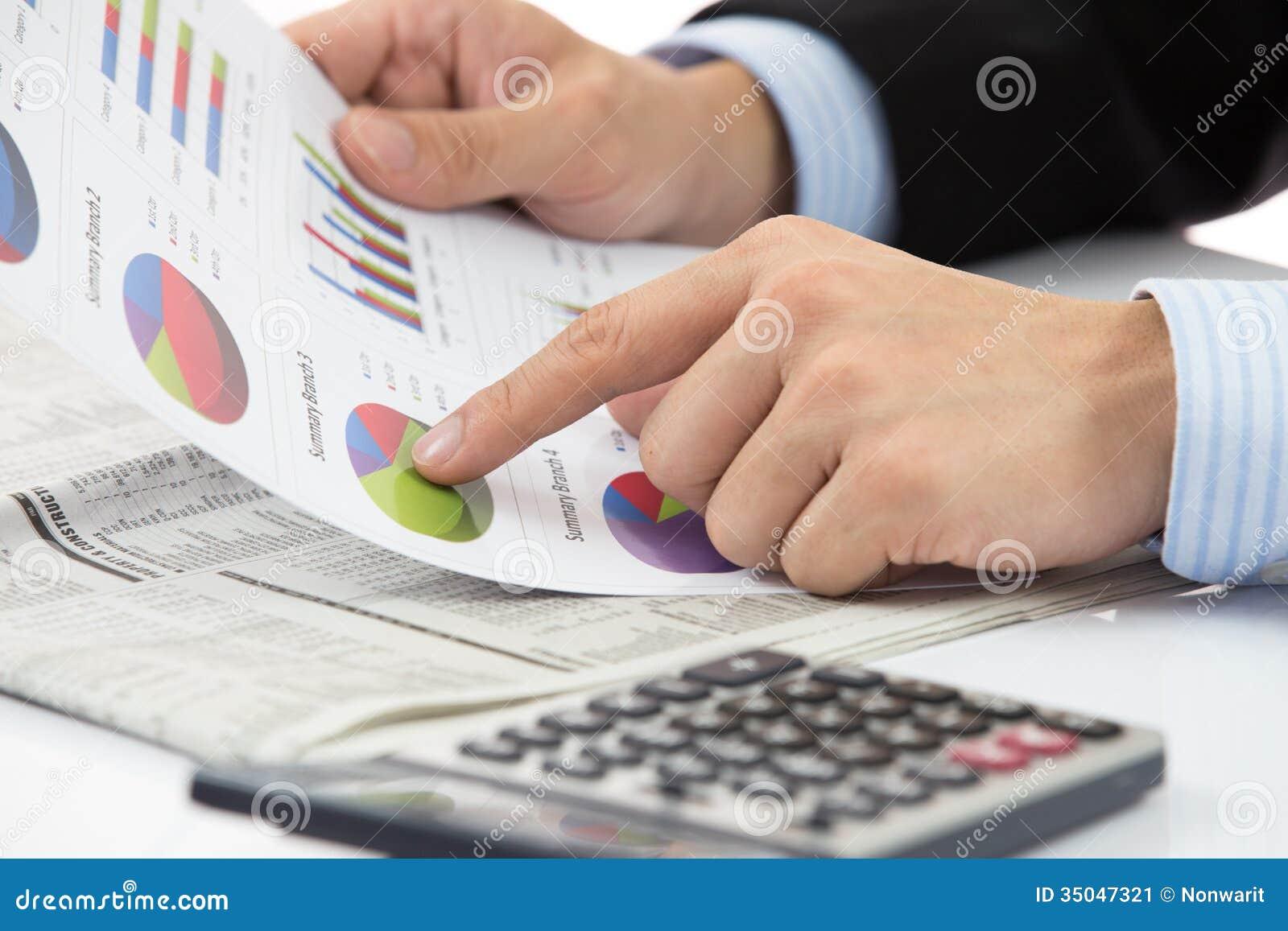Mano con informe de las finanzas