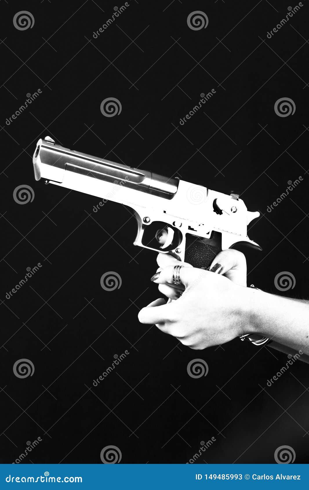 Mano con la pistola sopra