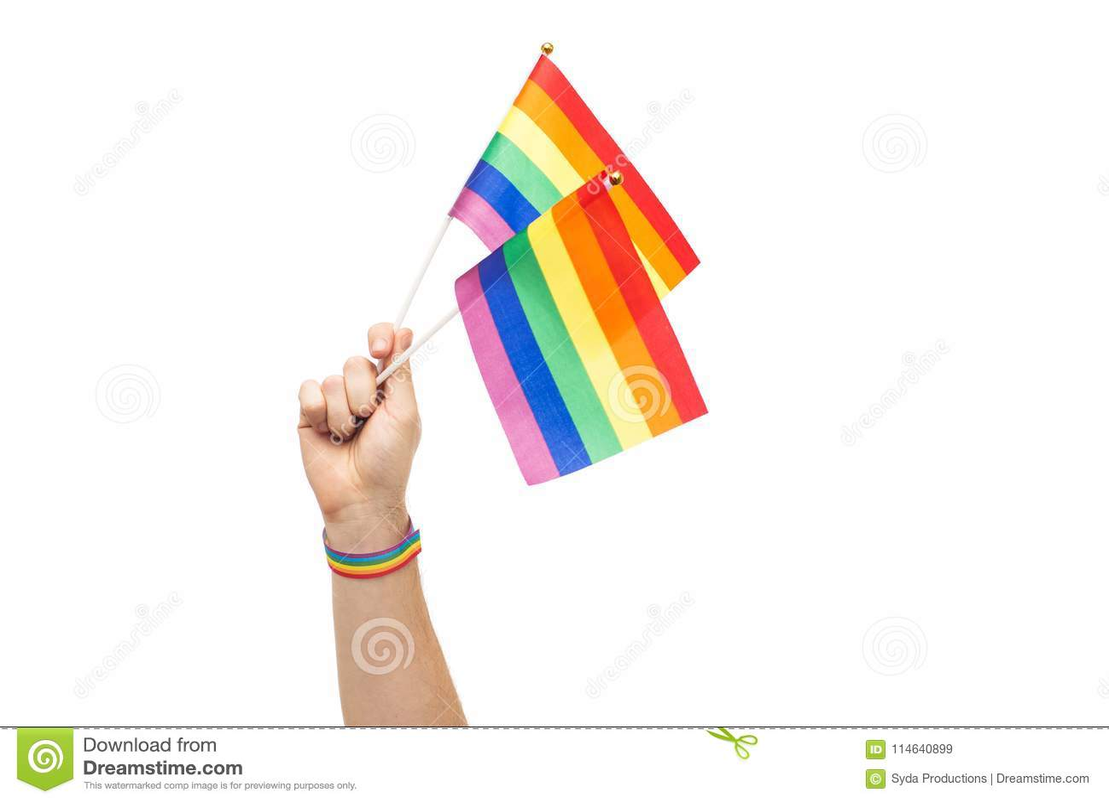Mano con las banderas y pulsera del arco iris del orgullo gay