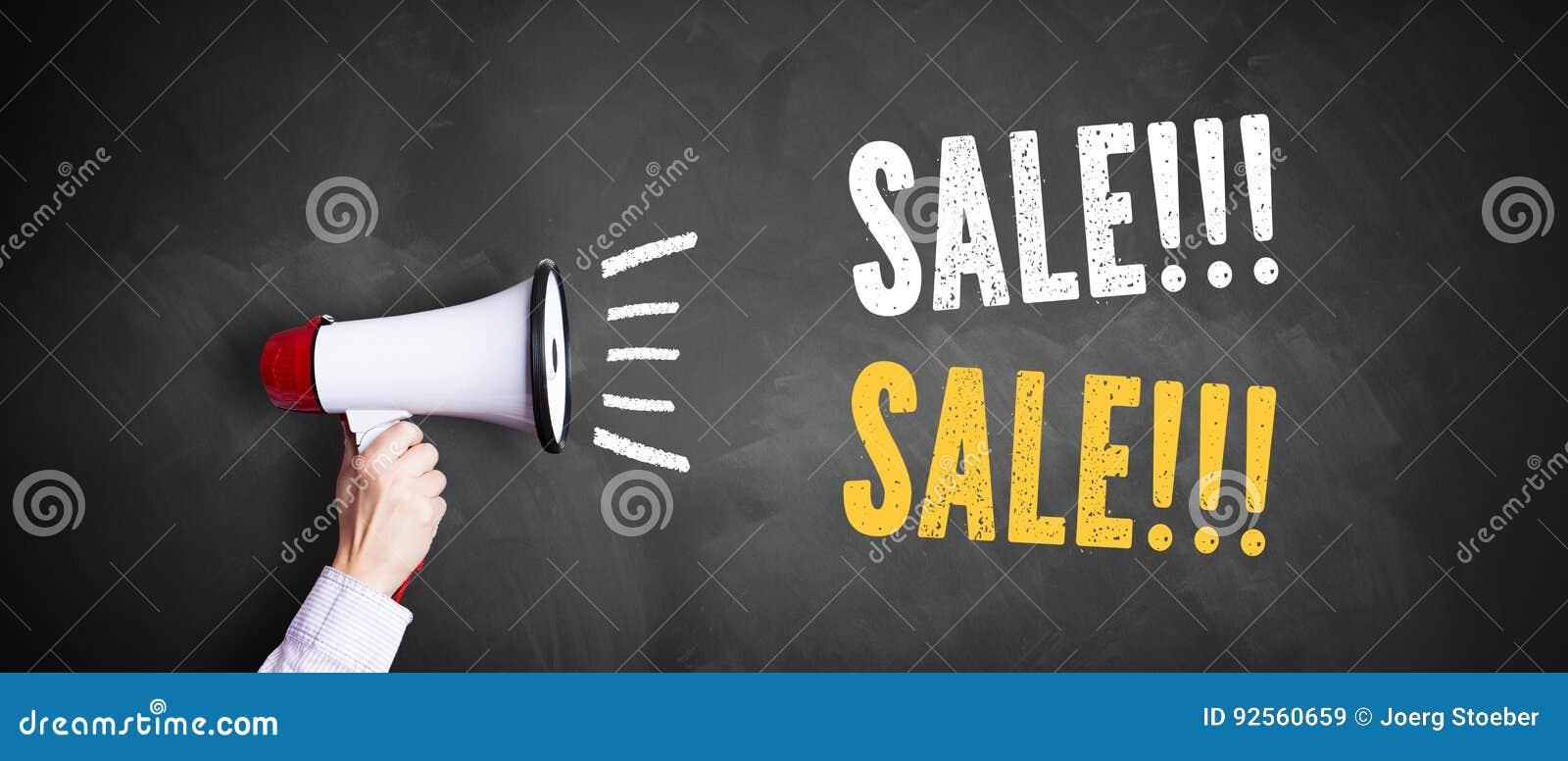 Mano con un megafono davanti ad una lavagna con la vendita del ` del messaggio!!! Vendita!!! `