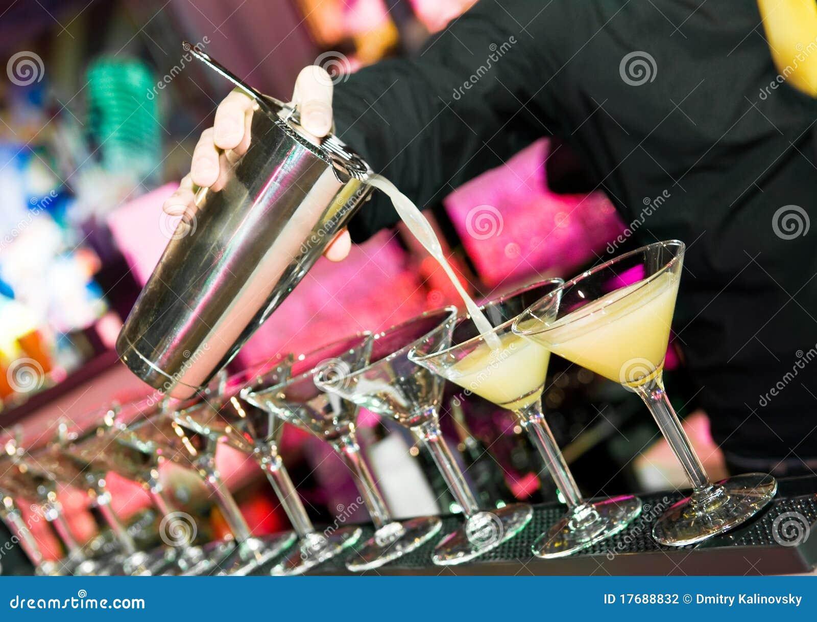 Mano de Barmans con la coctelera