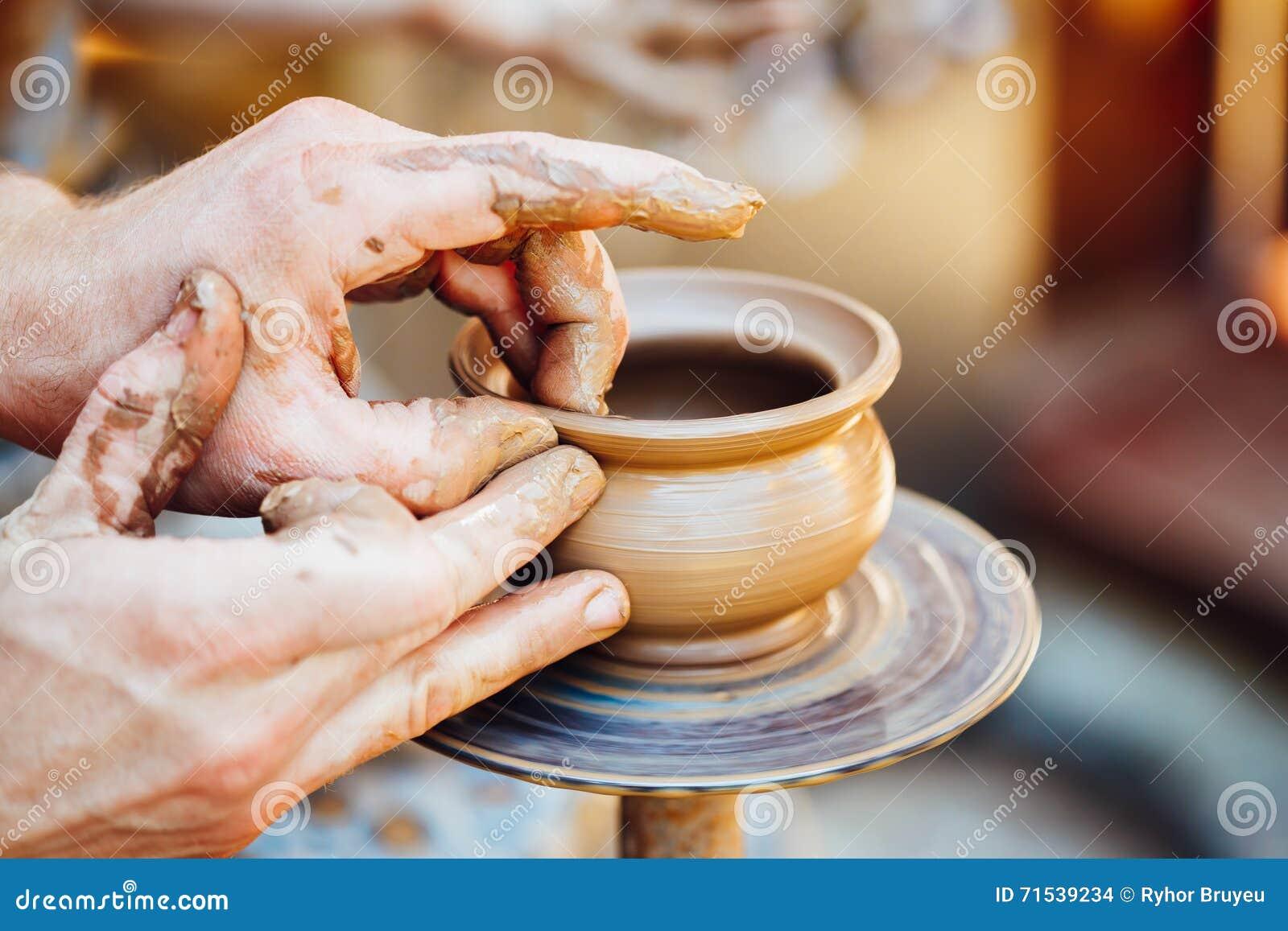 Mano de cer mica del ser humano del alfarero de la arcilla for Arcilla para ceramica