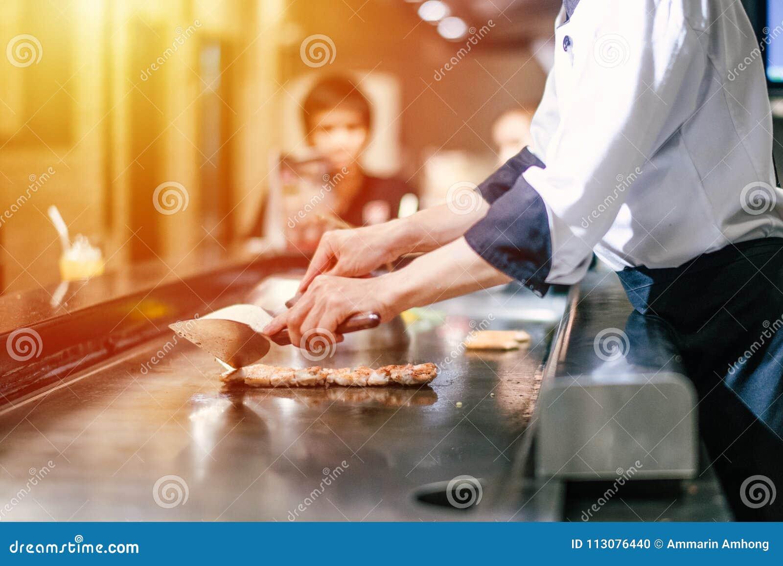 Mano de cocinar de la toma del hombre de la carne