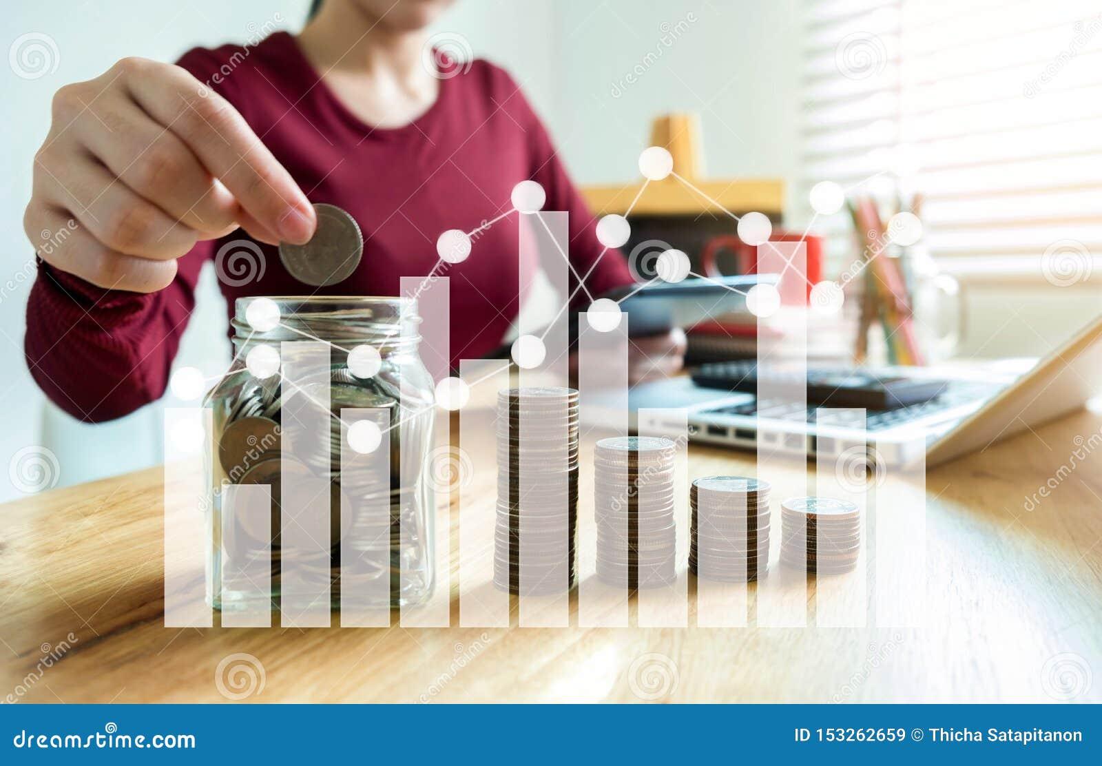 Mano de la empresaria que pone monedas en el vidrio para el dinero de ahorro