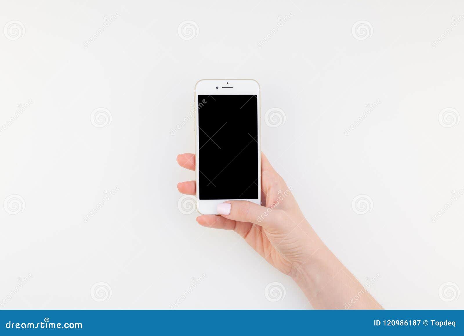 Mano de la mujer con Iphone 7