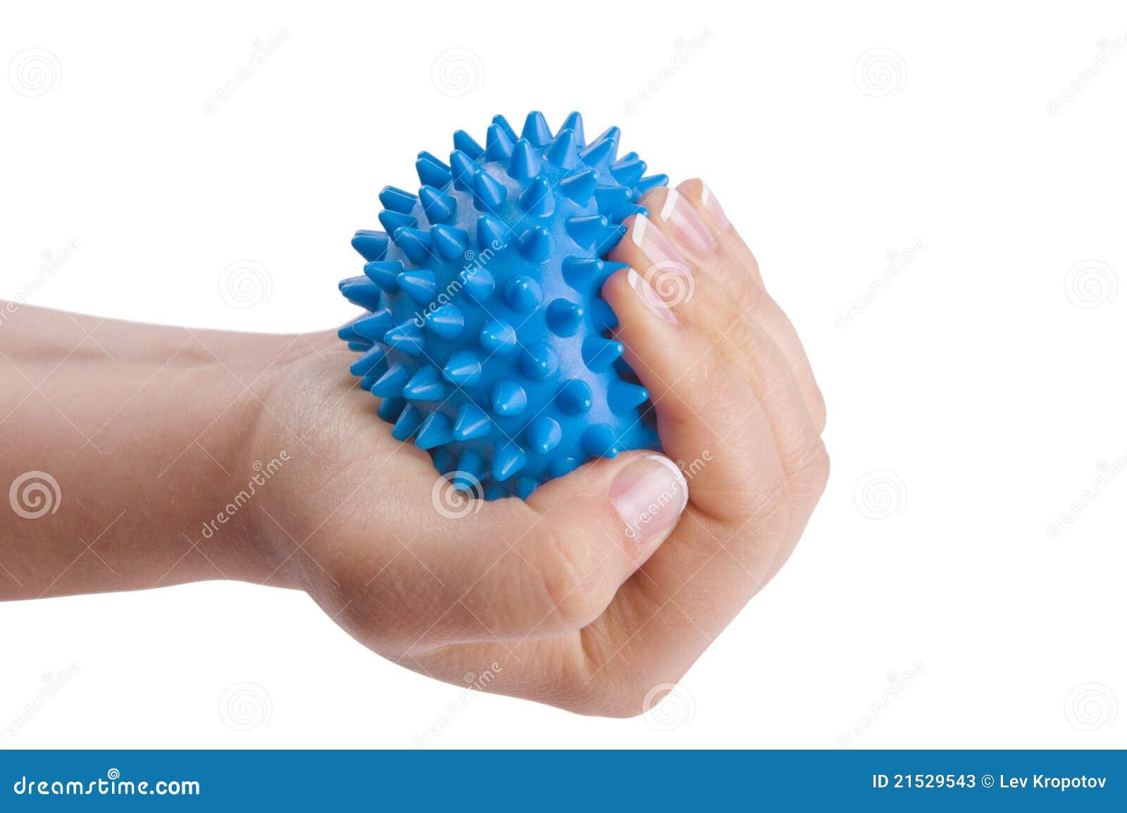 Mano de la mujer con la bola del masaje